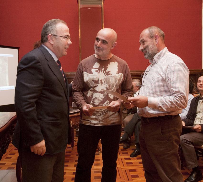 O alcalde cos gañadores, Xavier López García e Secundino García Mera.