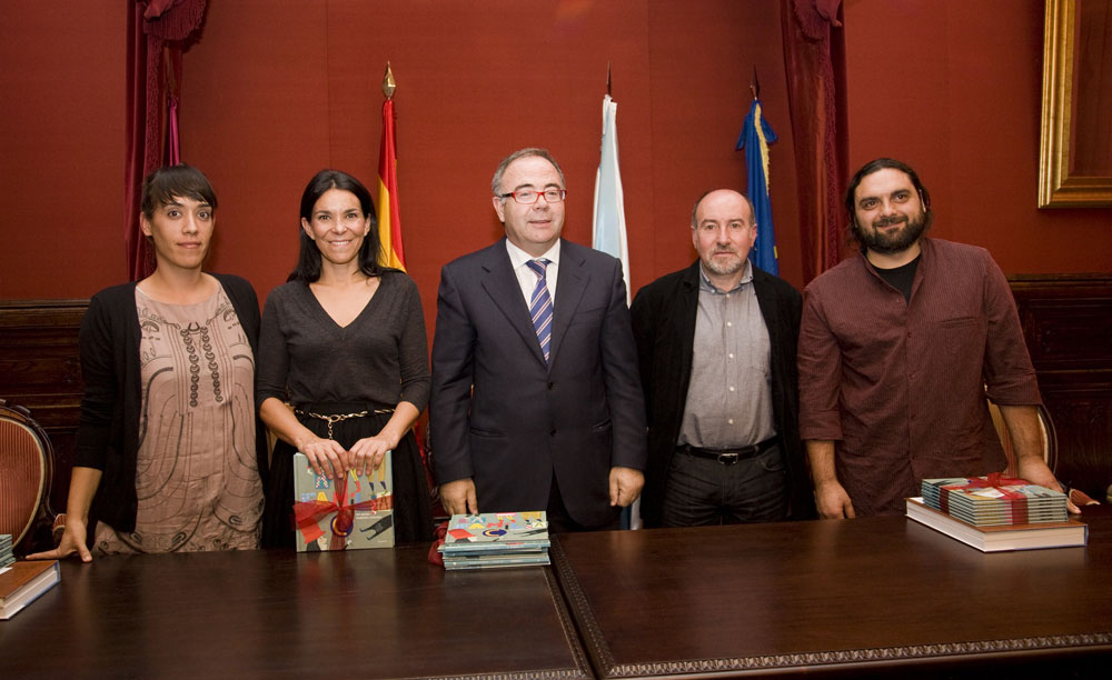 Foto de familia co alcalde, a concelleira e o director de Kalandraka, Xosé Ballesteros.
