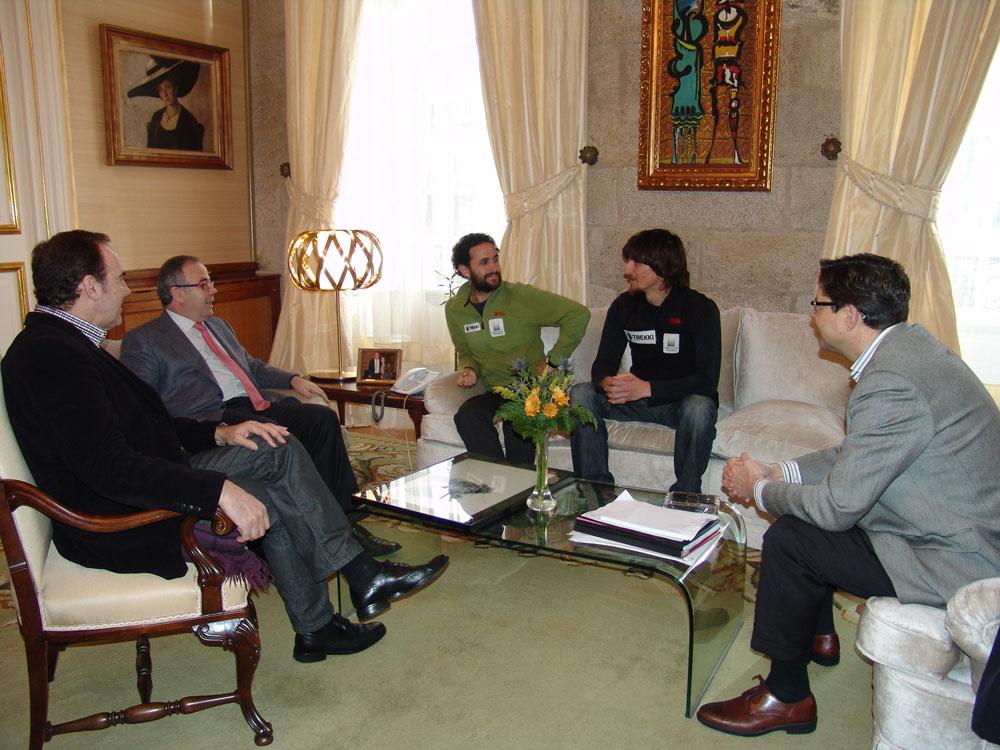 Os expedicionarios conversan co alcalde; o conselleiro de Xuventude, Xosé Baqueiro; e o responsable do Departamento de Educación e Xuventude, Xosé M. Rodríguez-Abella.