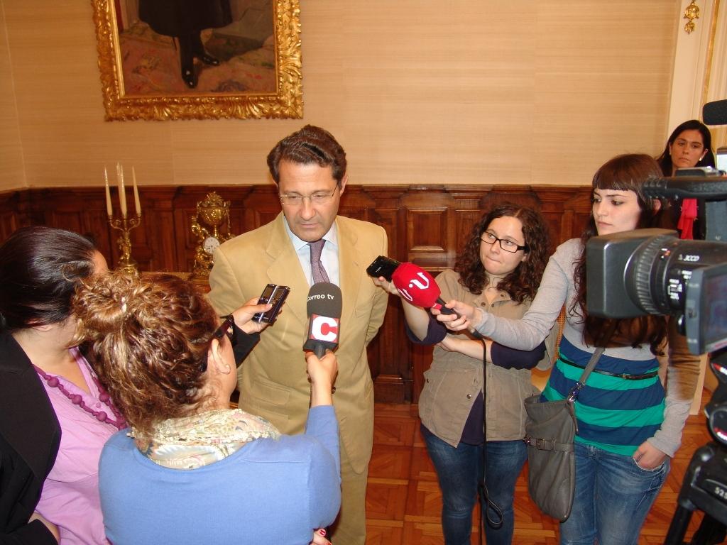 O alcalde comentando as súas impresións sobre a desparición do Códice aos medios de comunicación.