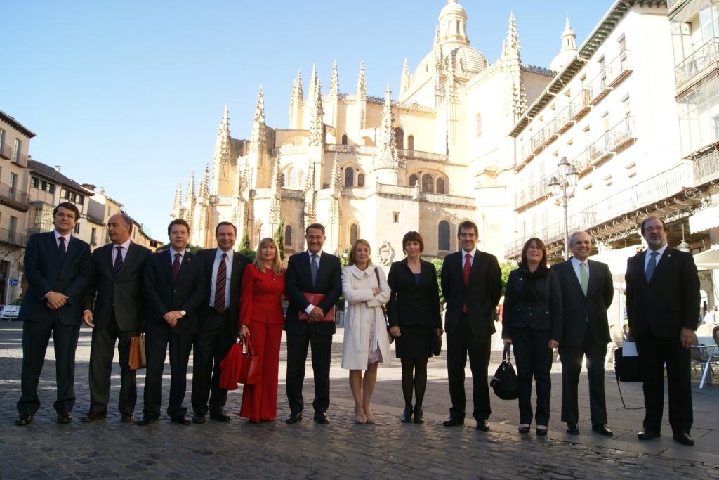 O alcalde cos demais participantes na Asemblea celebrada en Segovia.