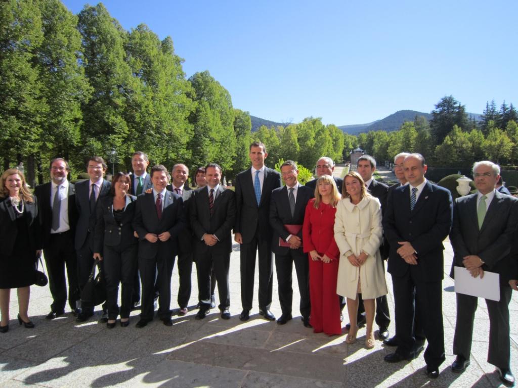 Conde Roa e o resto de alcaldes e concelleiros co Príncipe de Asturias nos xardíns do Palacio de la Granja .