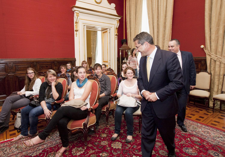 O alcalde saúda os estudiantes.