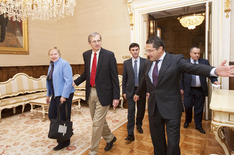 O alcalde recibindo o científico norteamericano e a súa dona.