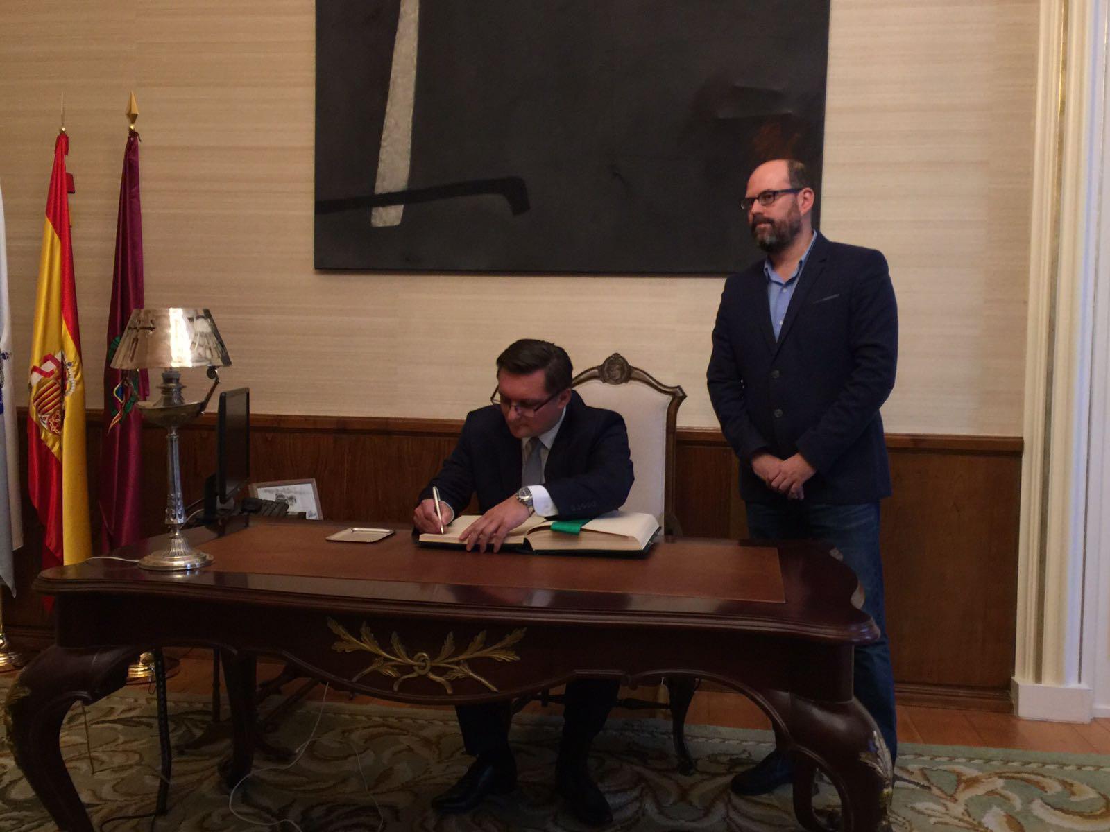 O alcalde de Katowice, Marcin Krupa, asina no Libro de Honra en presenza de Martiño Noriega.
