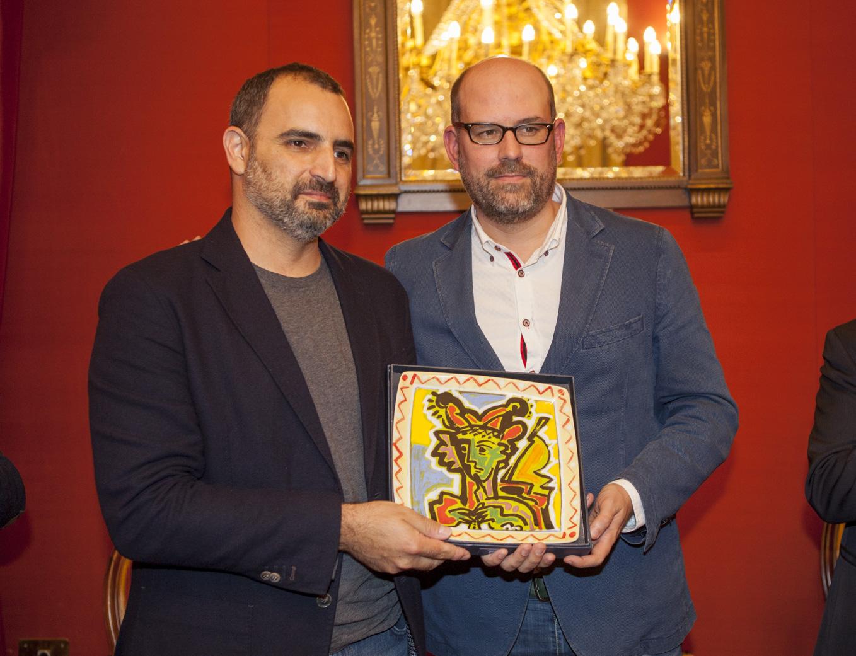 Antonis Papatheodoulou recibe o premio de mans do alcalde.