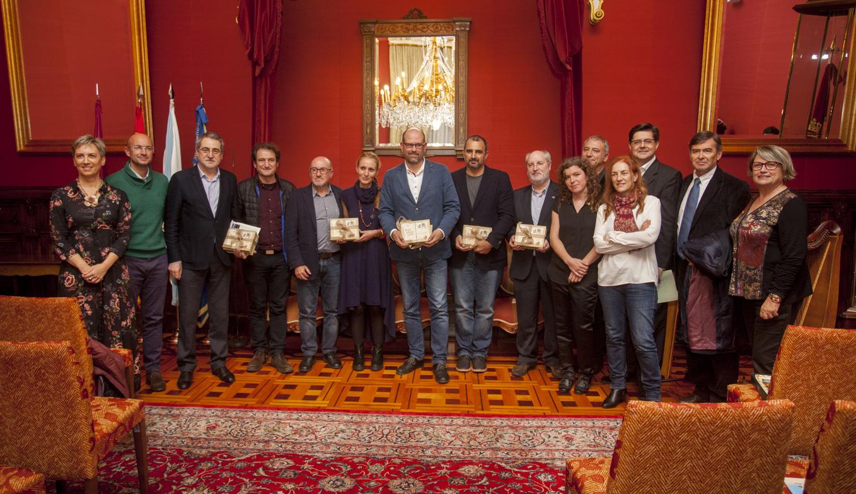 Foto de grupo dos premiados con alcalde, concelleiros e xurado.