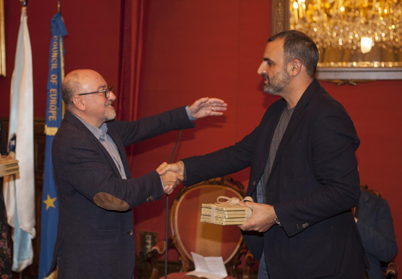 Xosé Ballesteros, director de Kalandraka, entregando os álbums xa editados a Antonis Papatheodoulou.