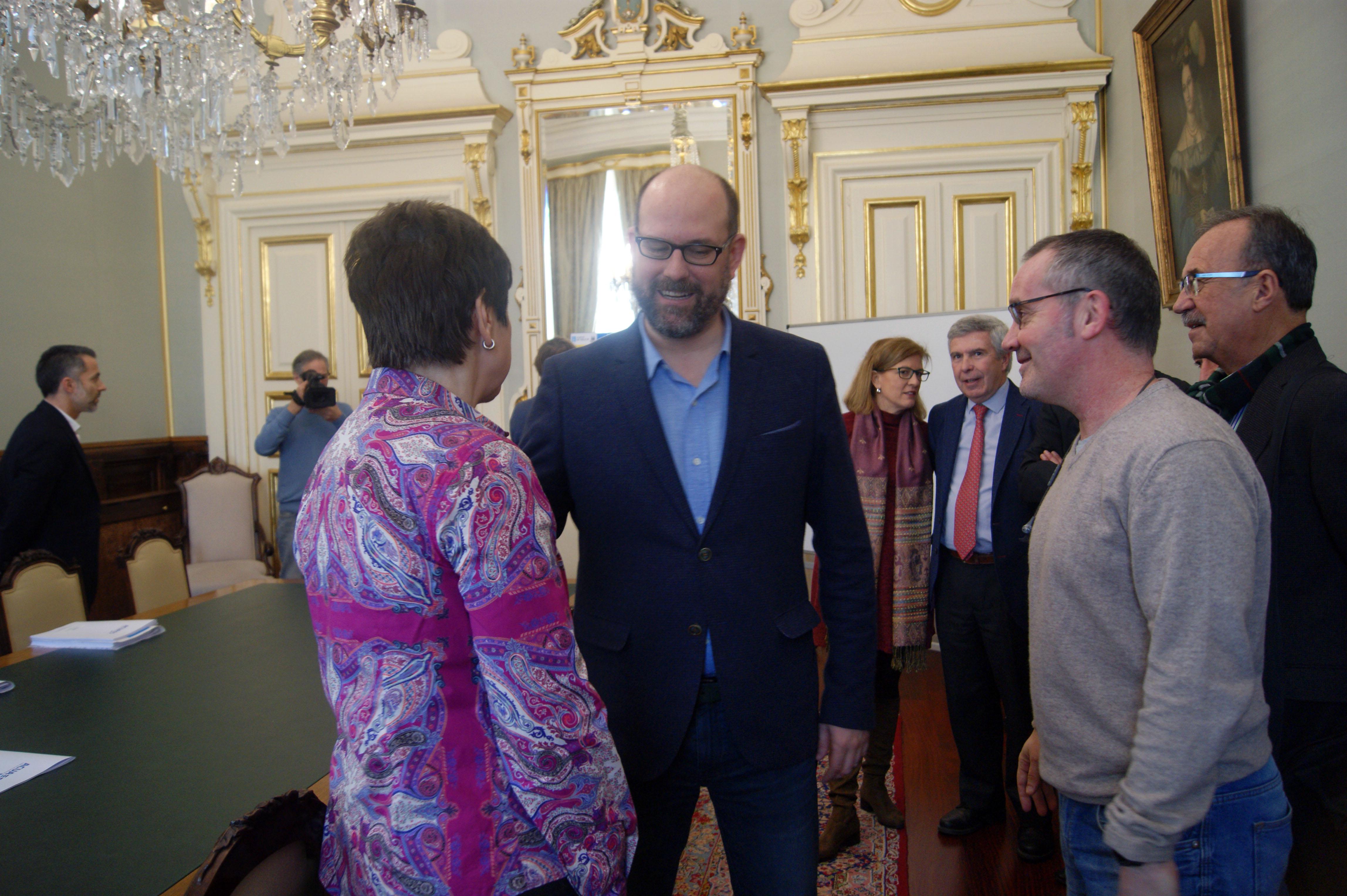 O alcalde e o concelleiro saúdan á directora de AcuaEs.