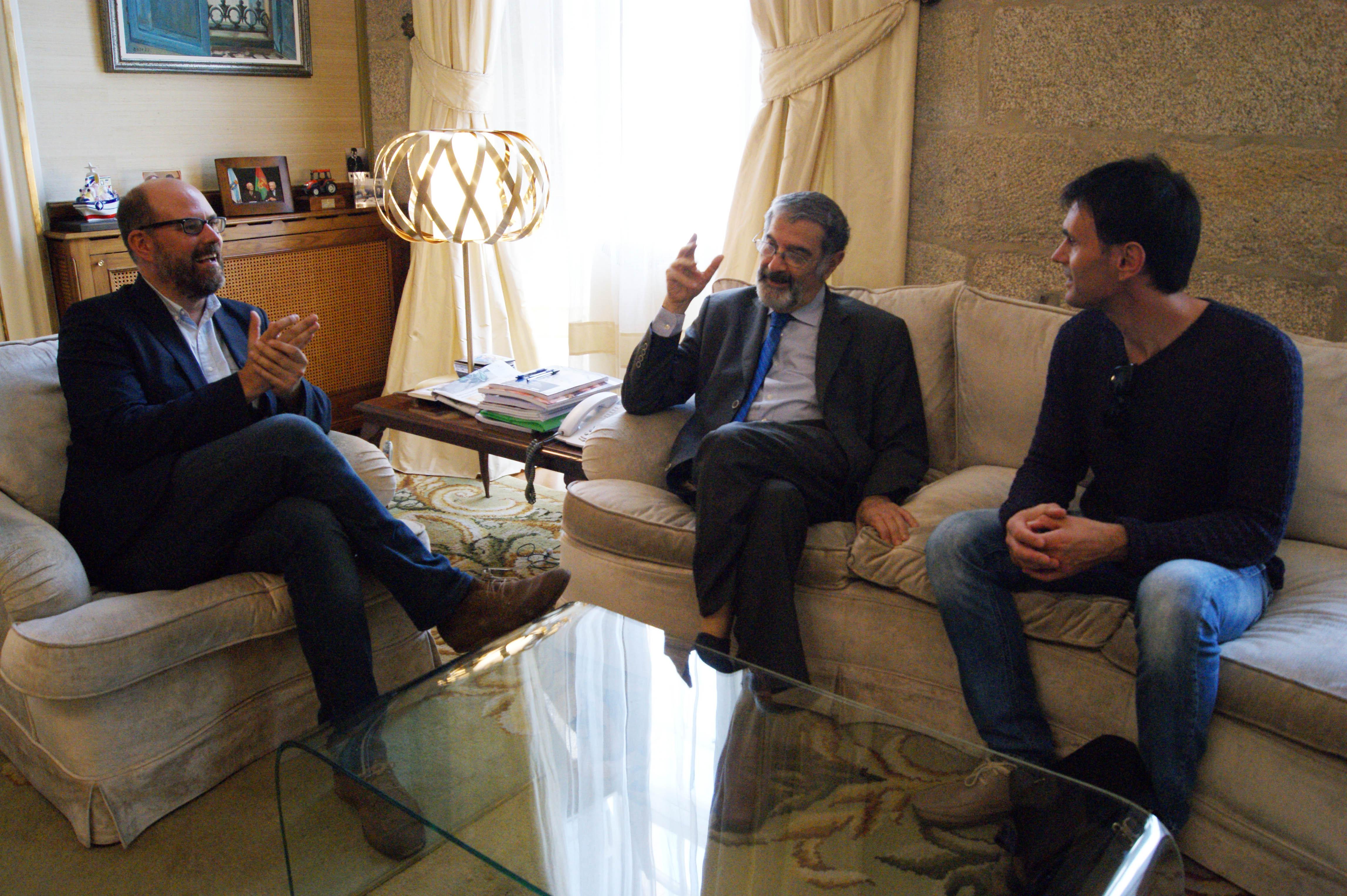 Martiño Noriega, Serge Haroche e Jorge Mira reunidos na Alcaldía.