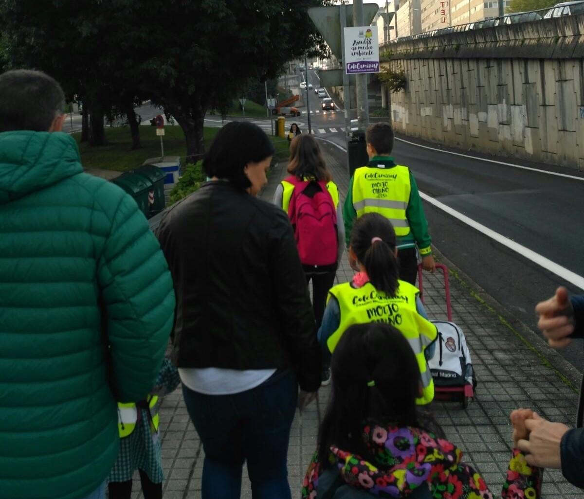 Camiñando cara o CEIP Ramón Cabanillas por unha das rutas marcadas.