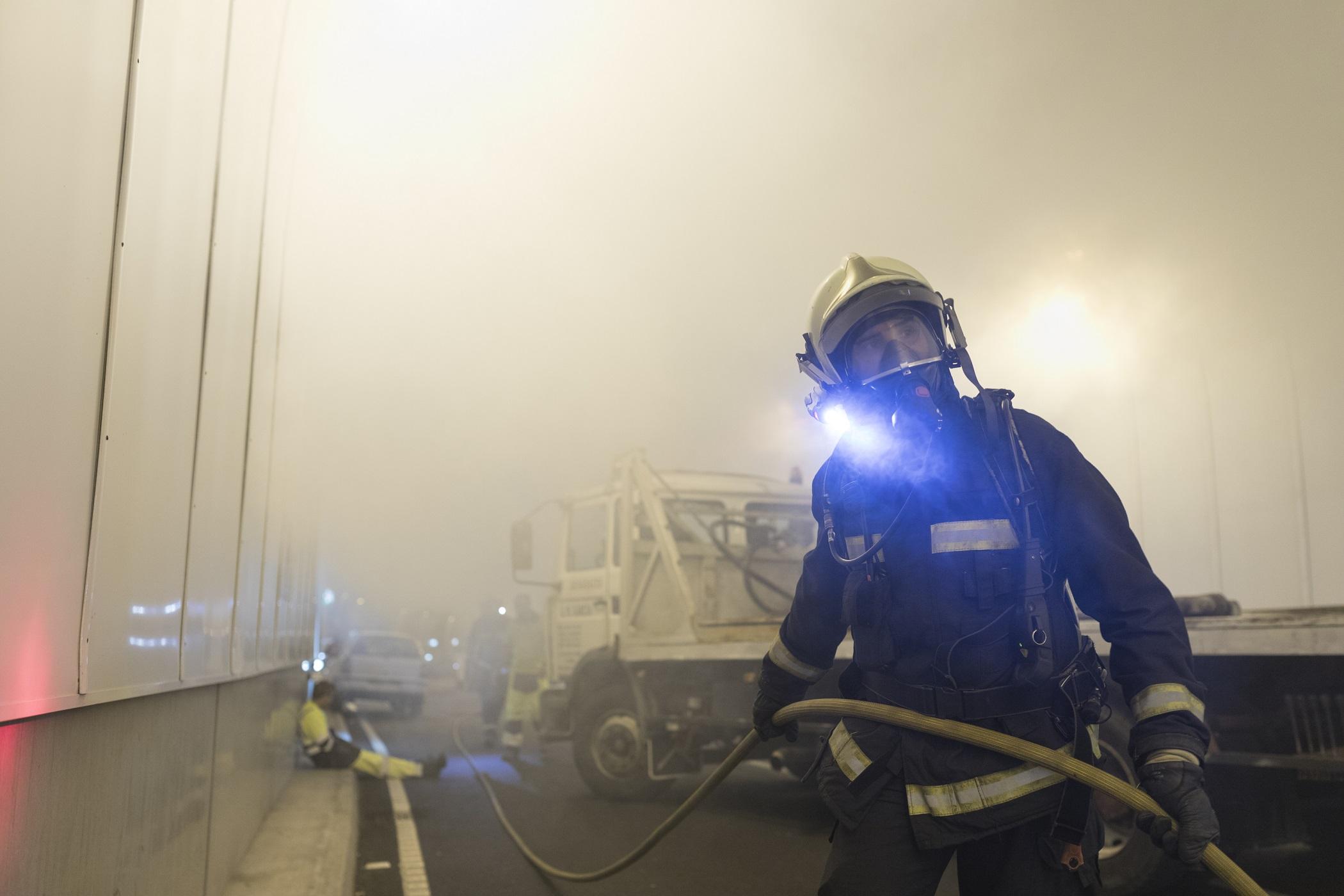 Intervención dos Bombeiros para sufocar o lume orixinado no vehículo.