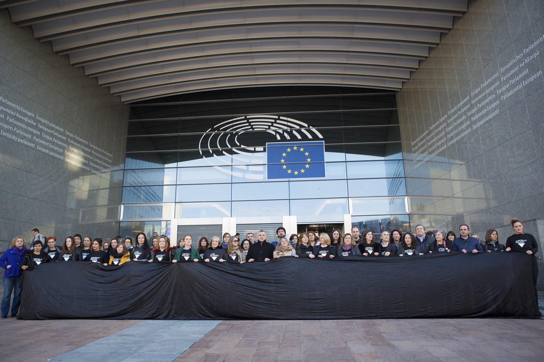 A gran lona negra despregada diante do Parlamento Europeo.