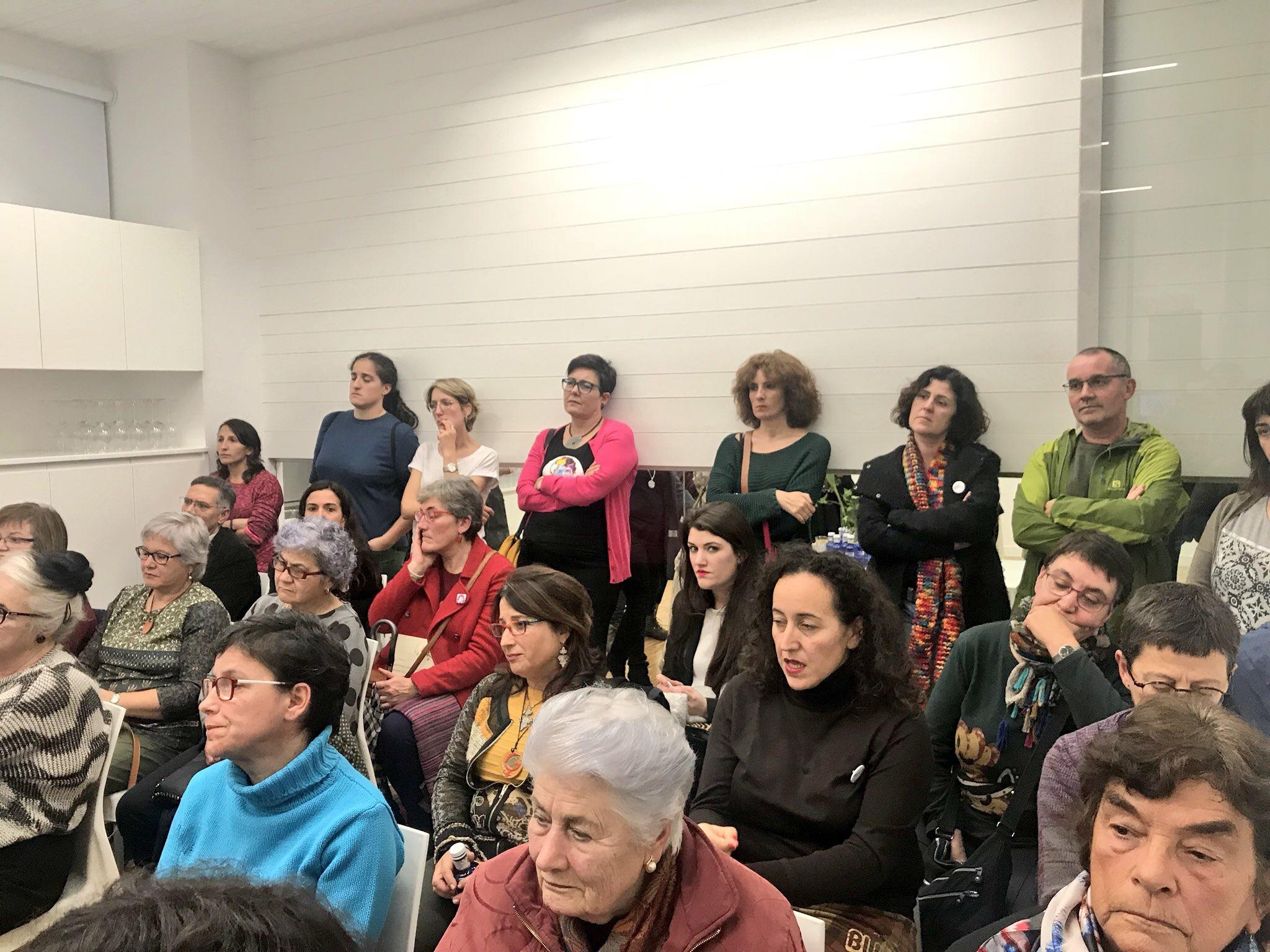A sala, chea para celebrar a apertura da Casa das mulleres.