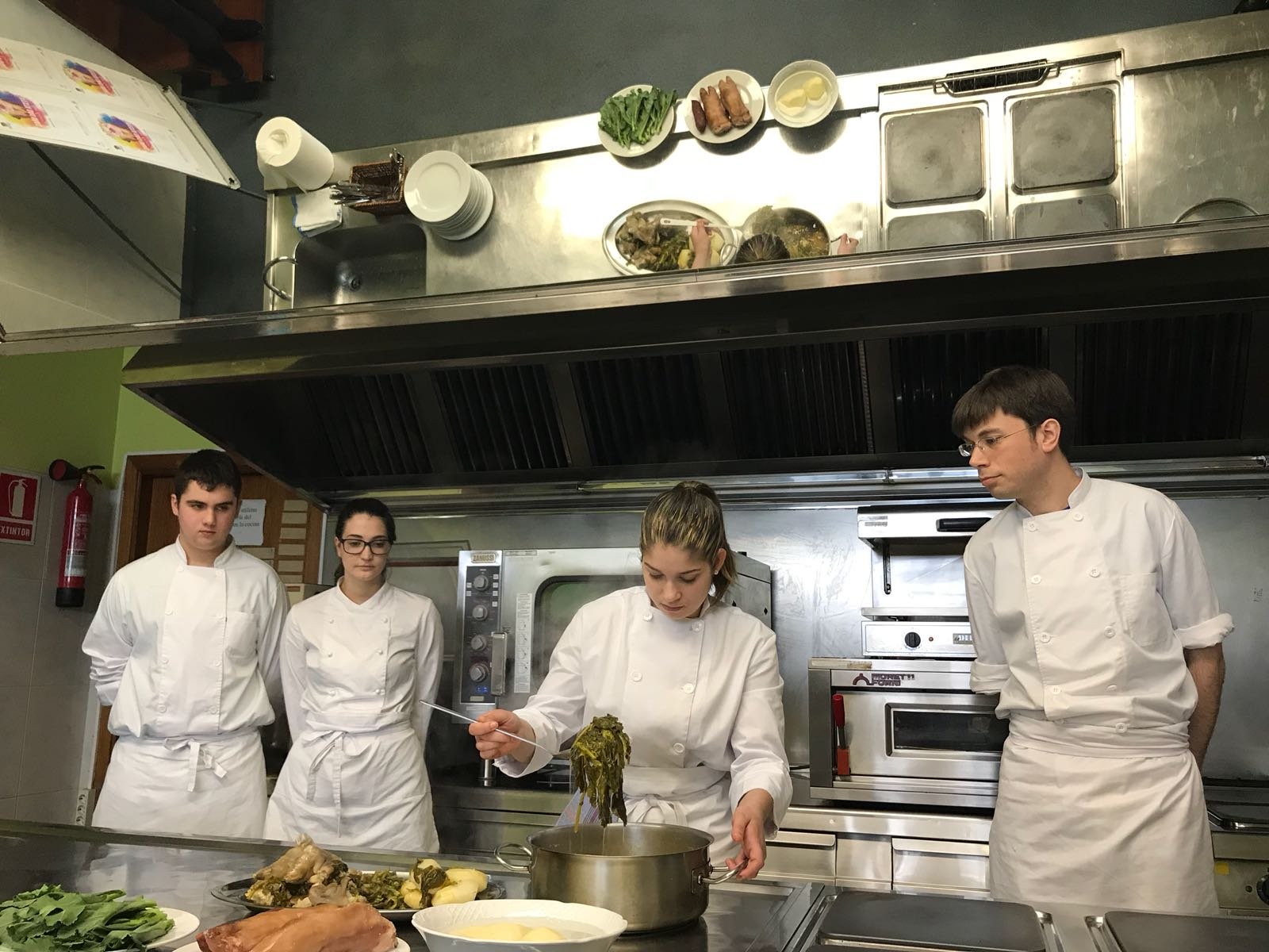 As cociñeiras e cociñeiros encargados de preparar o prato.