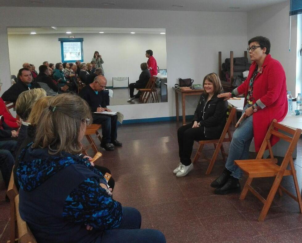 A concelleira, acompañada por unha técnica municipal, explicou os servizos á veciñanza de Bando.