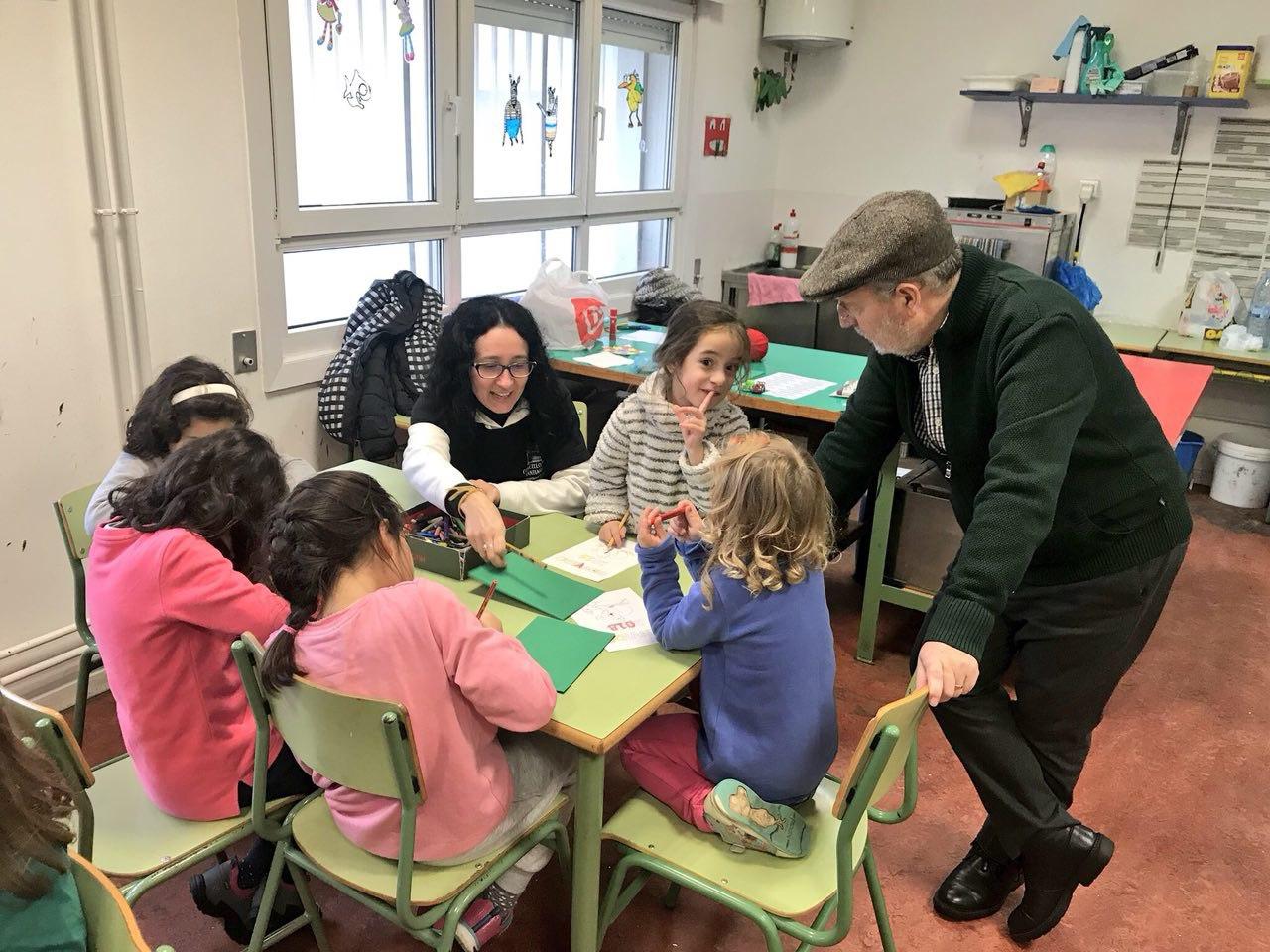 O concelleiro de Educación e Cidadanía, Manuel Dios, visitando unha anterior edición das Escolas de Verán.
