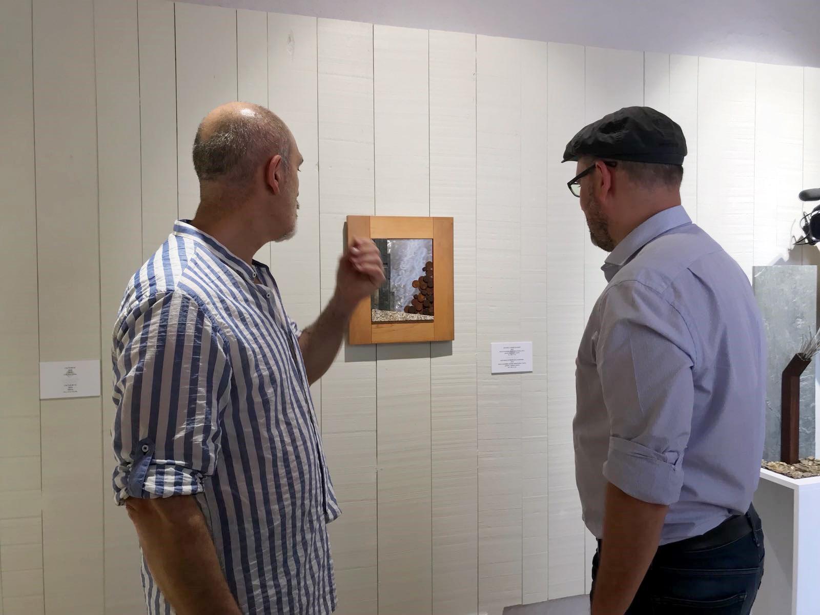 O artista e o alcalde compostelán observan unha das obras.