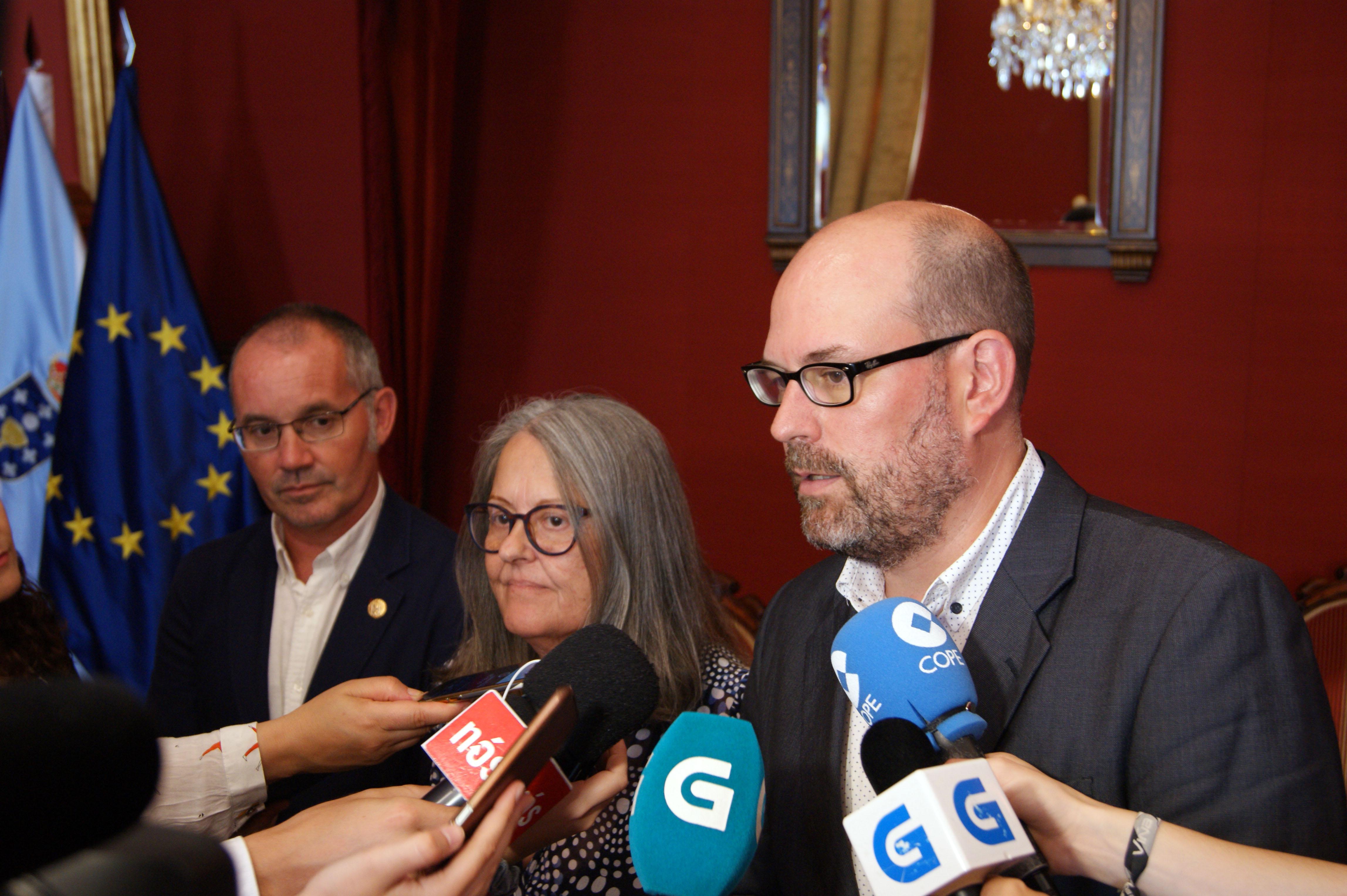 Xan Duro, Pilar López-Riobóo e Martiño Noriega atendendo os medios de comunicación no salón vermello.
