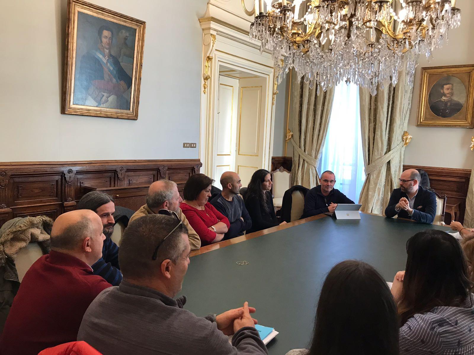 Unha das reunións mantidas polo Goberno local coa Plataforma de Afectados pola Canteira de Miramontes.