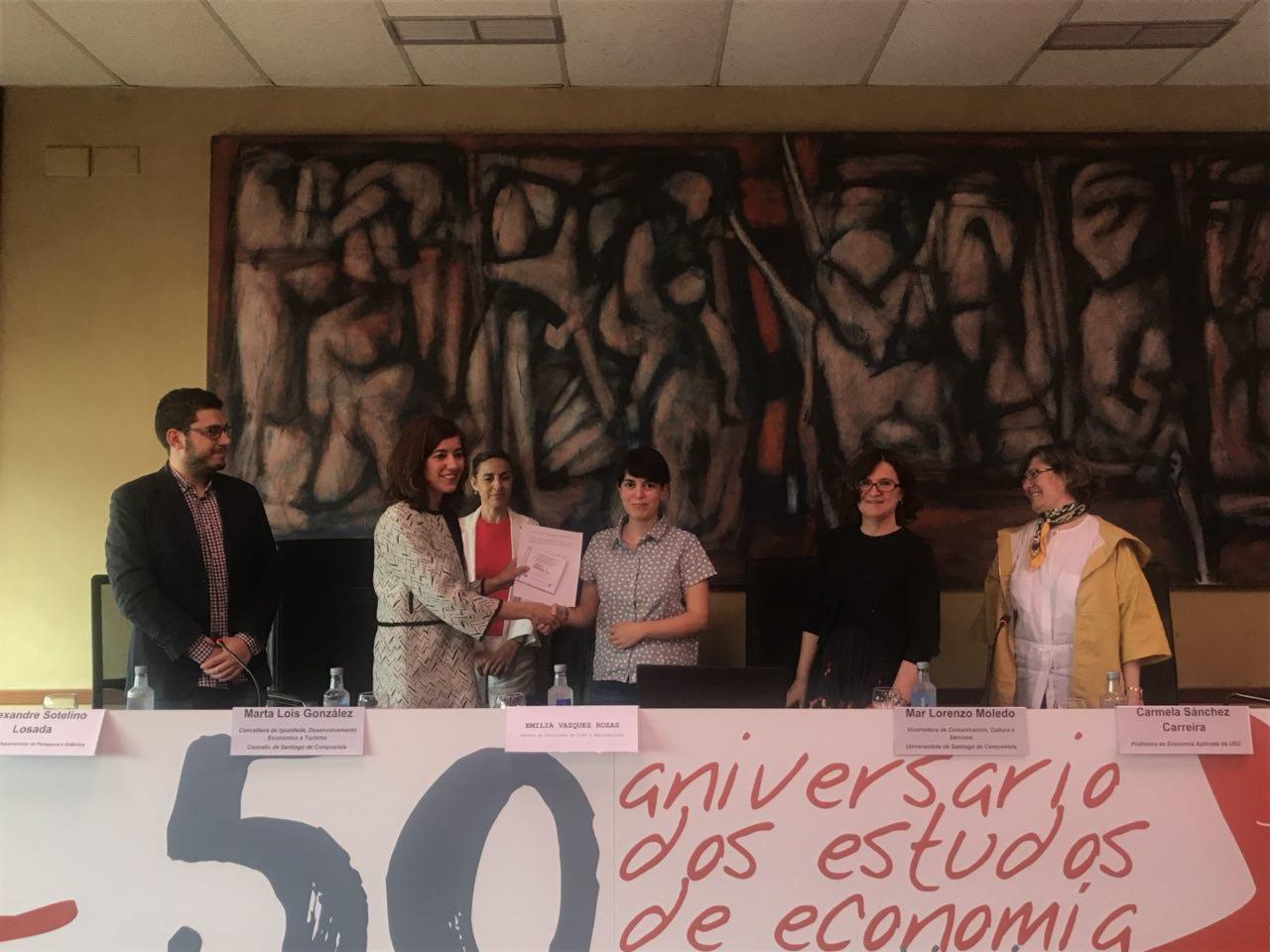 Belén Rodríguez en representación do alumnado participante, failleentrega dos traballos realizados á Marta Lois