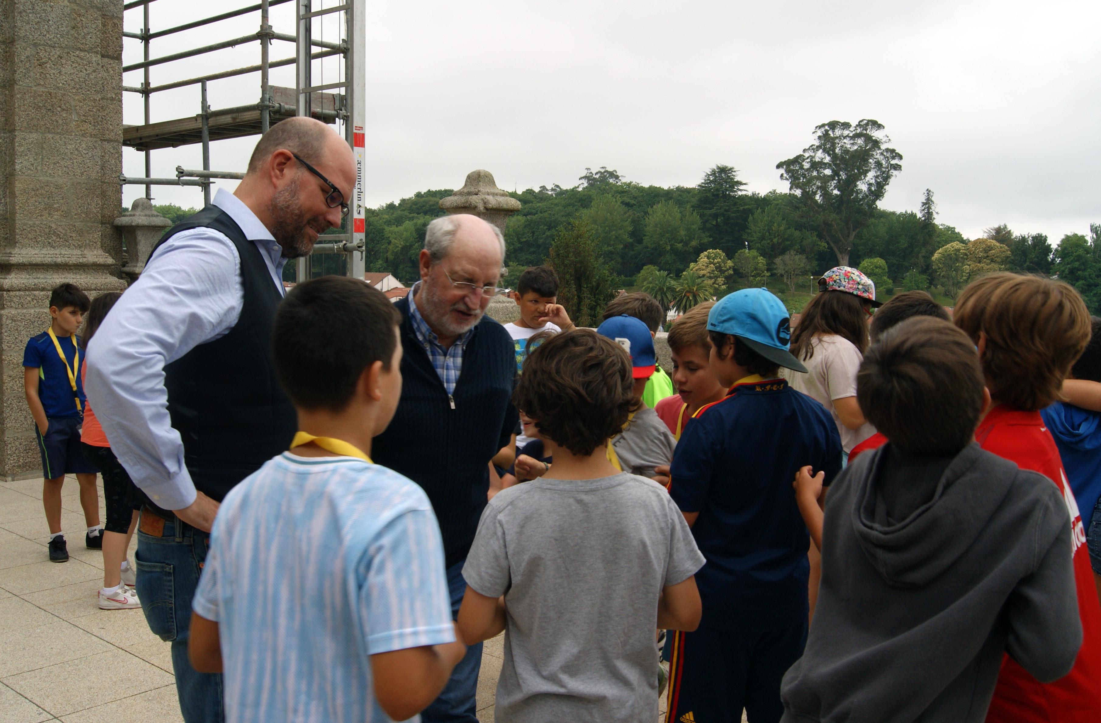 O alcalde e o concelleiro de Educación conversan con algúns dos rapaces.