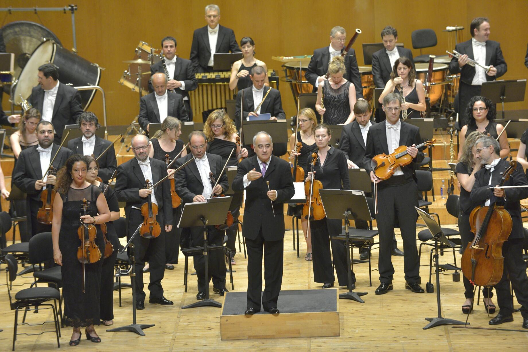 Outra imaxe da orquestra nun concerto co seu director asociado.