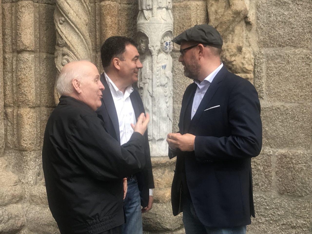 O alcalde e o conselleiro co deán da Catedral compostelá.