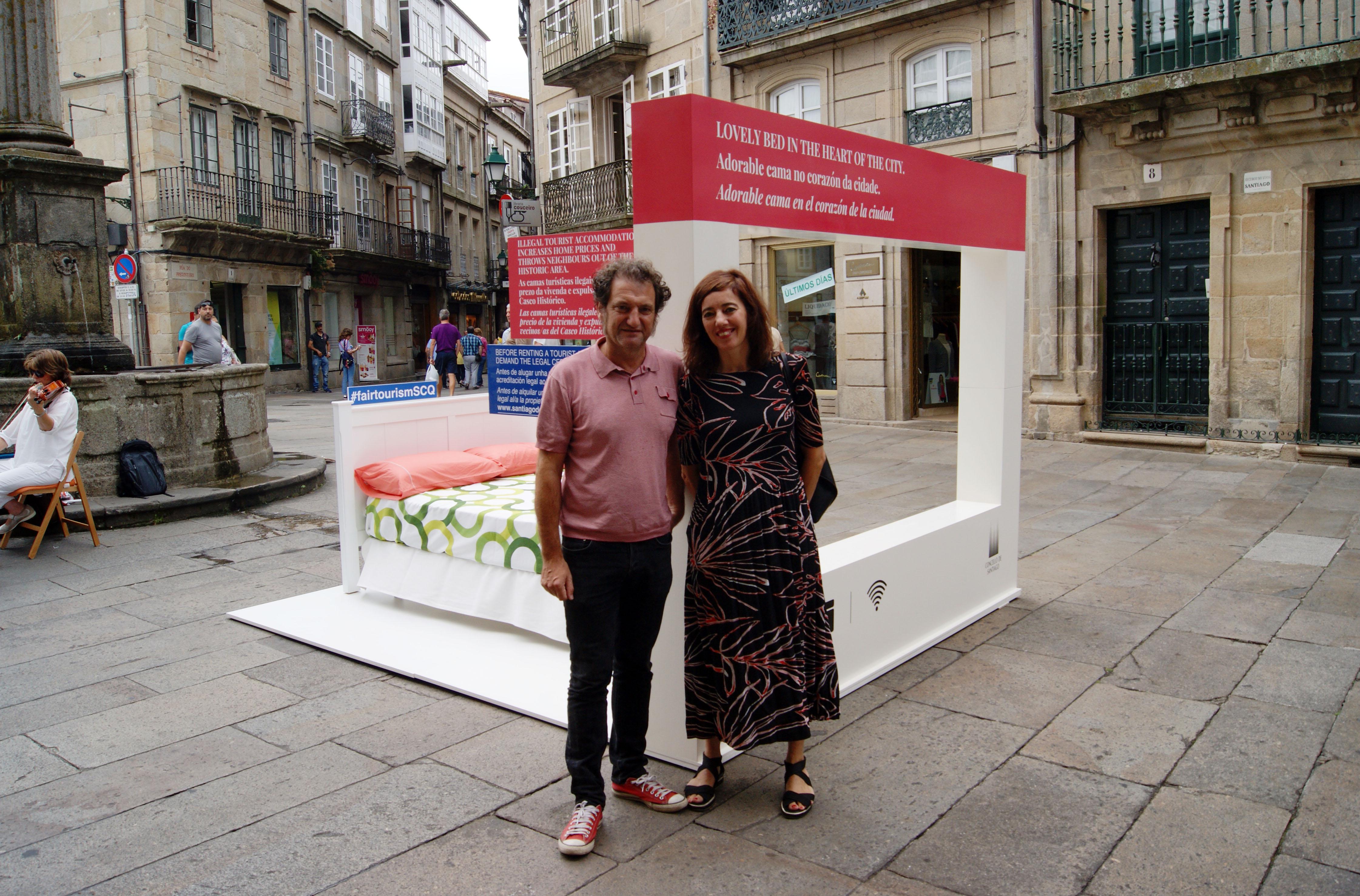 Remata a campaña de concienciación sobre os pisos turísticos cunha acción de rúa en Cervantes