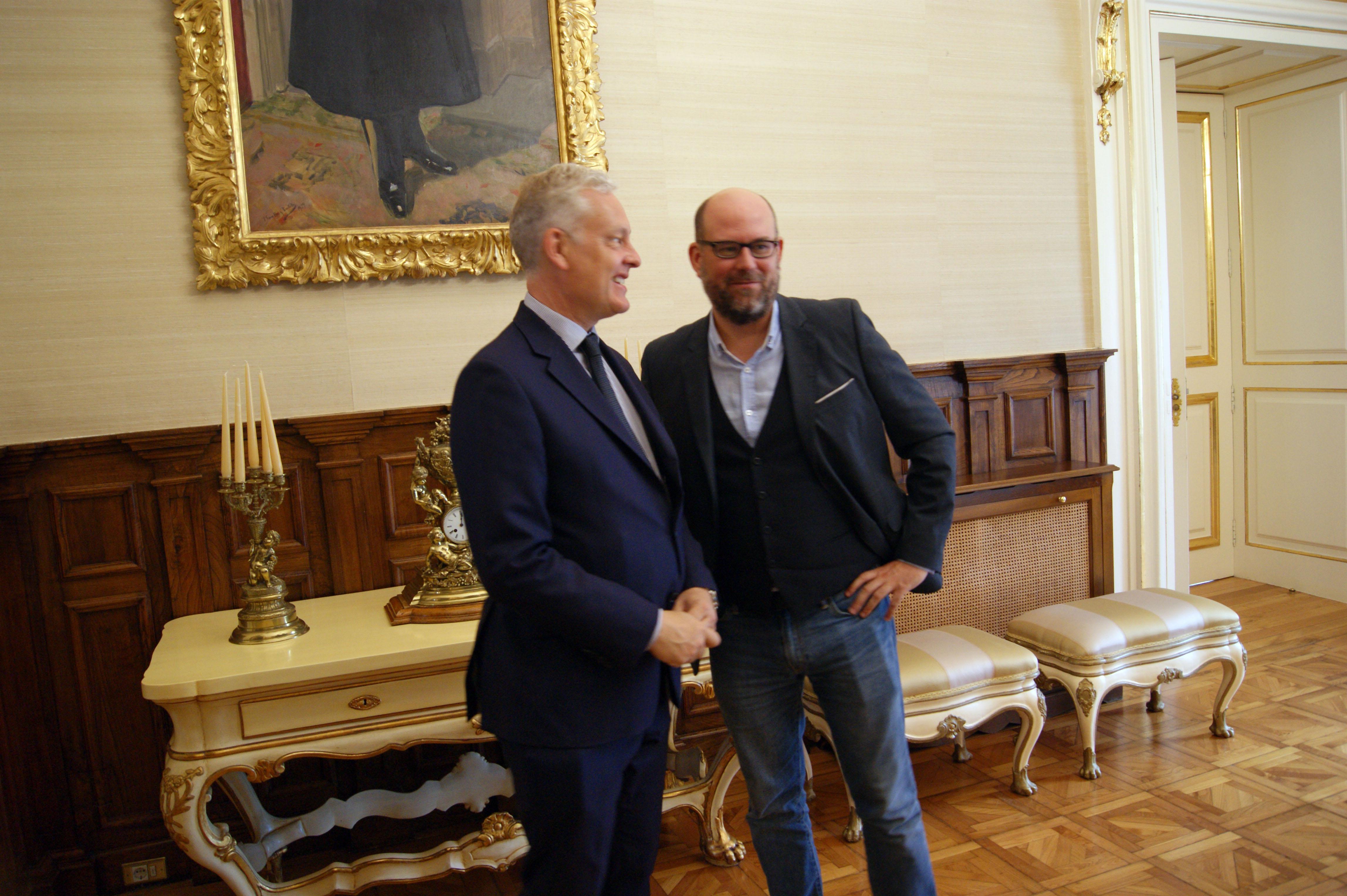 O alcalde conversa co embaixador á súa chegada a Raxoi.