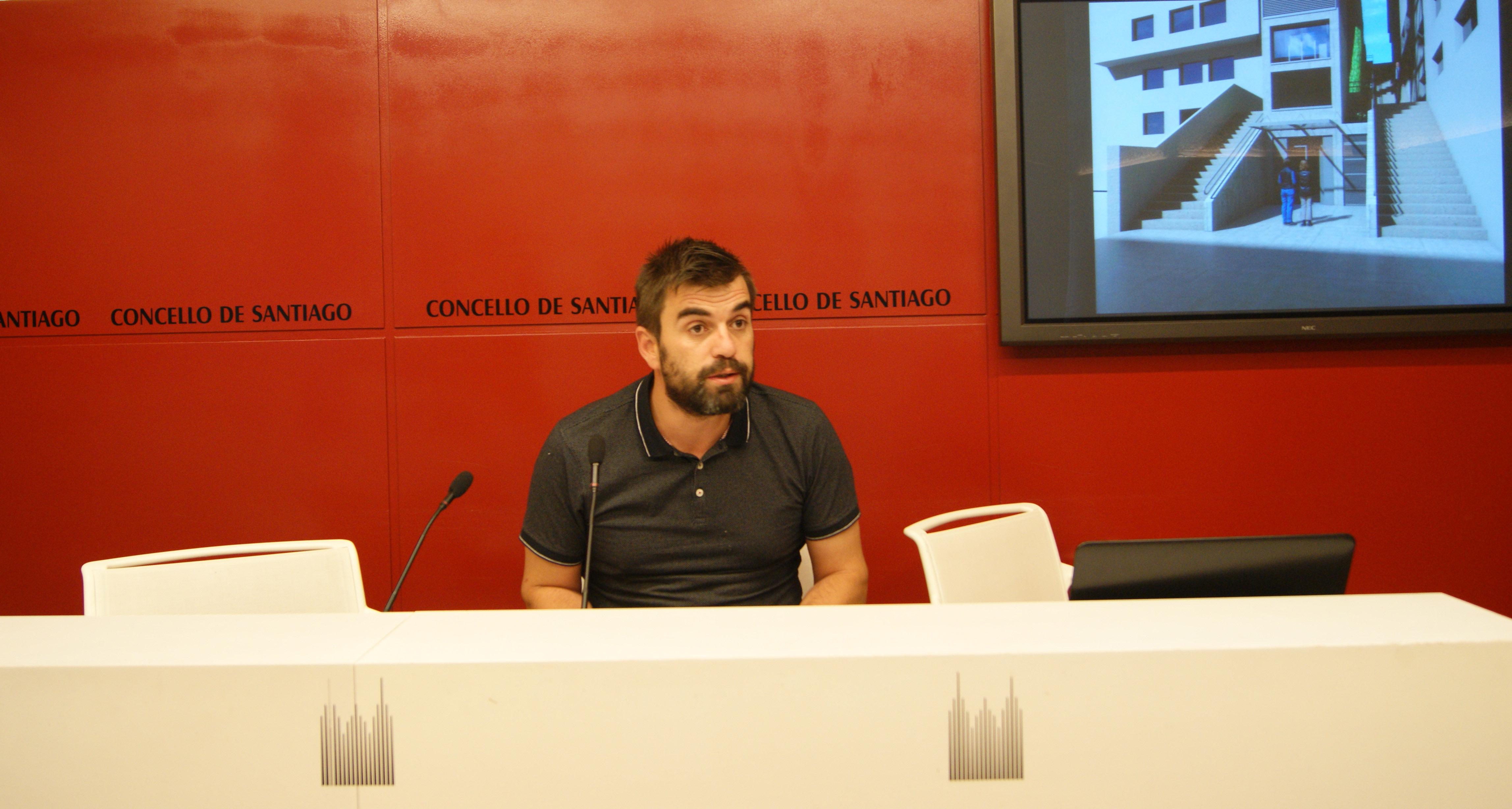 Rafael Peña explicando o proxecto a executar na rúa de Triacastela.