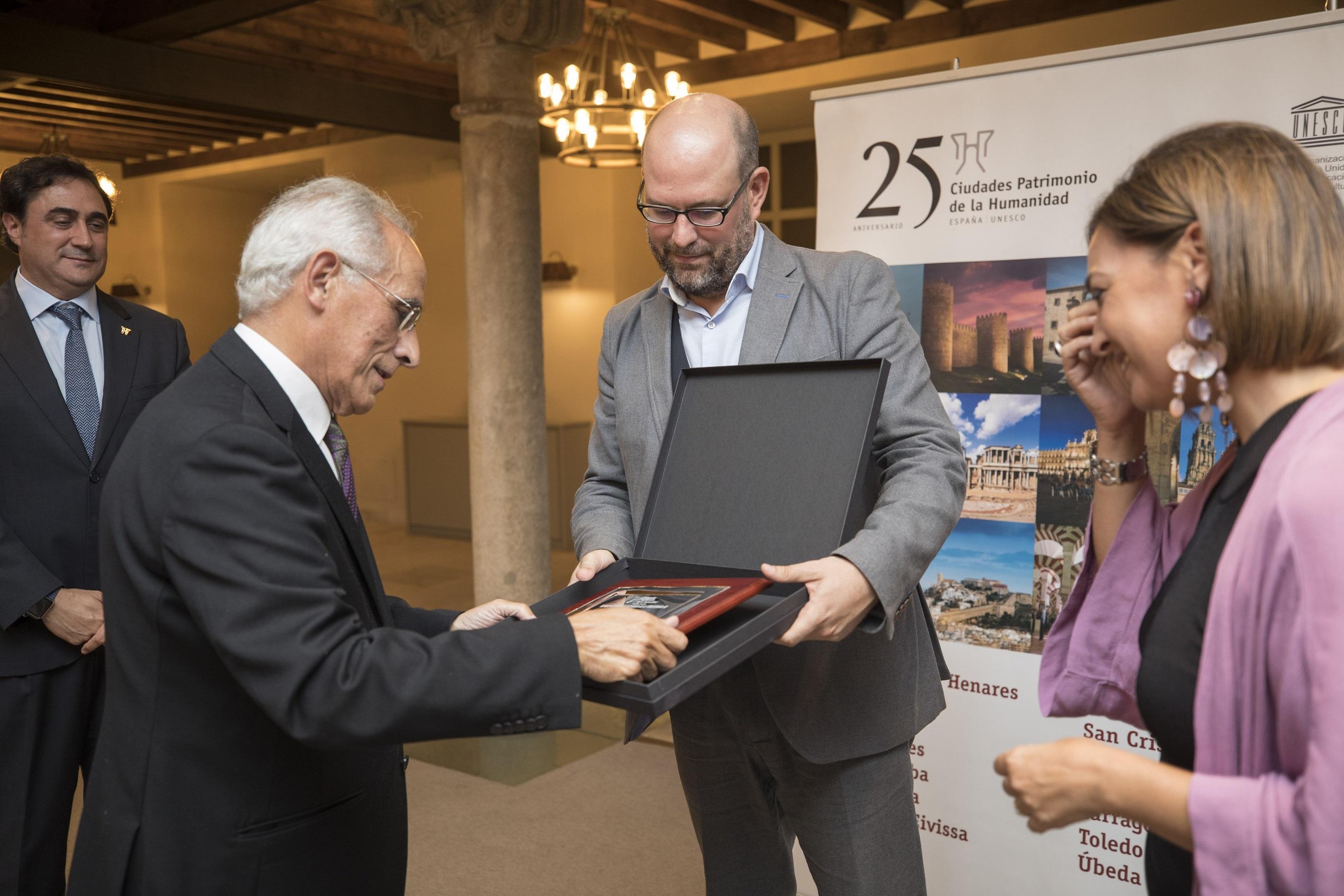 Martiño Noriega entregou a distinción ao ex alcalde compostelán.