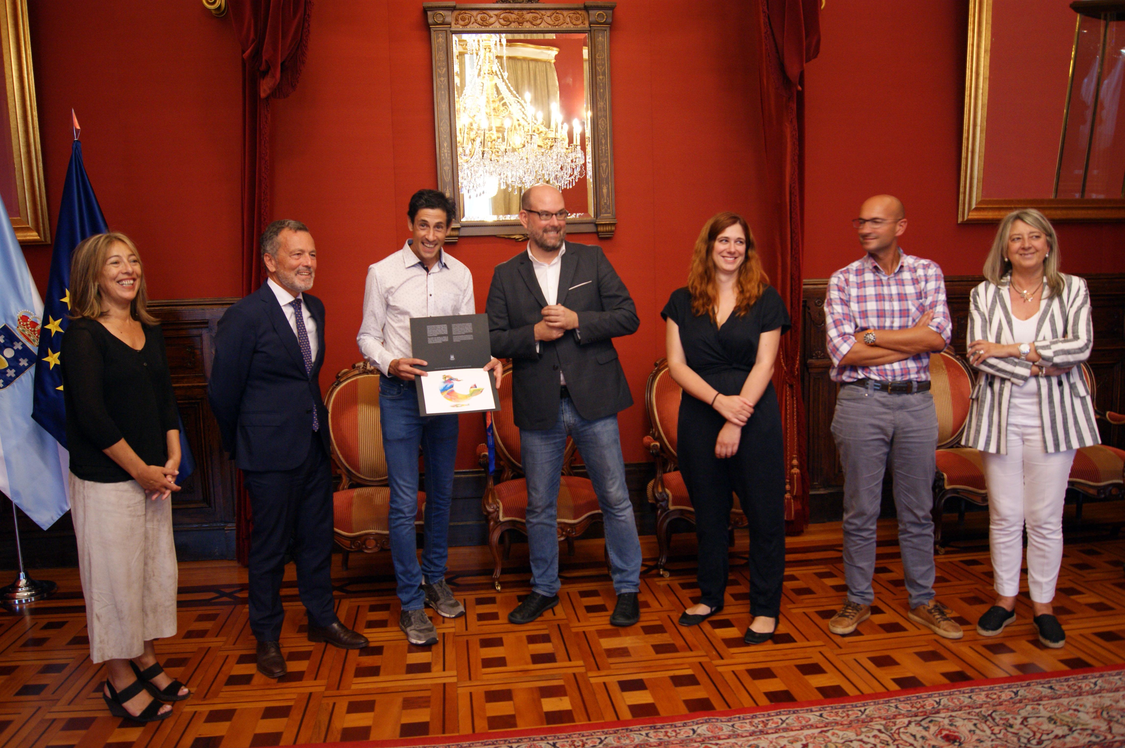 Pedro Nimo levou de agasallo unha acuarela de Serxio Suárez.