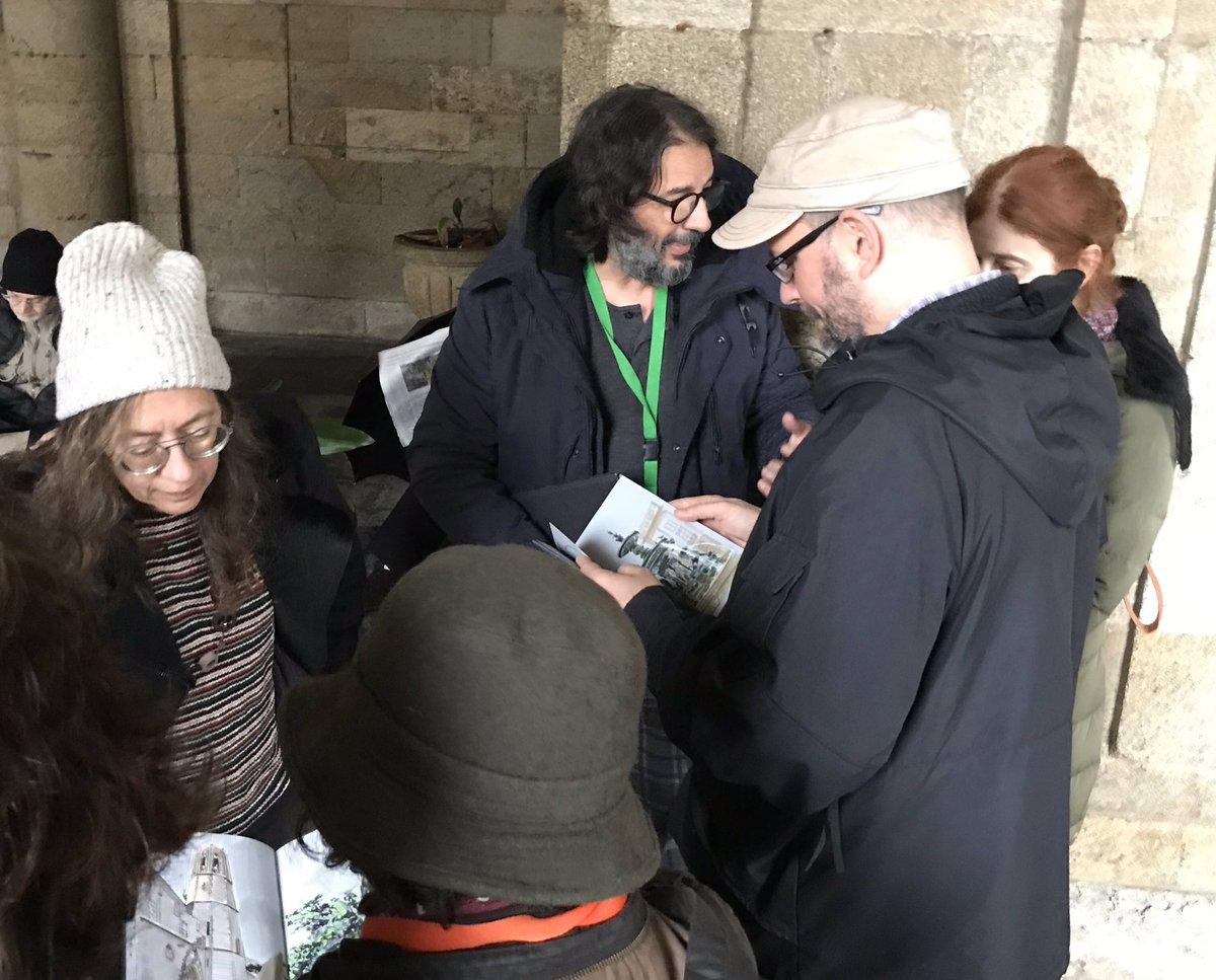 O alcalde compostelán observa algúns dos cadernos realizados.