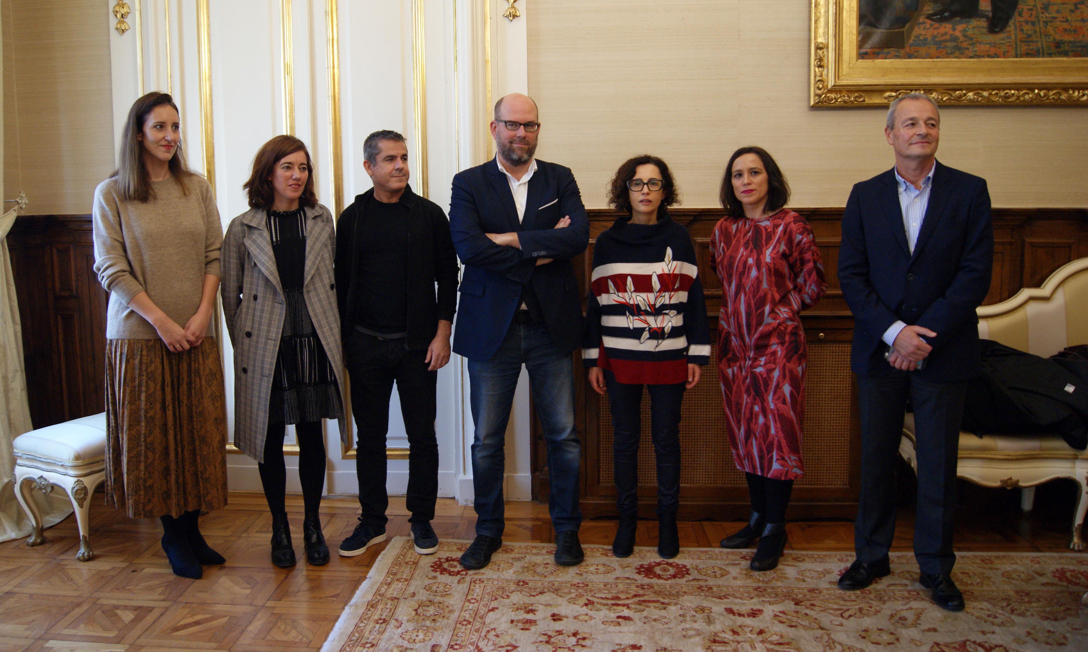 Outra foto de grupo en Raxoi cos patrocinadores da campaña.