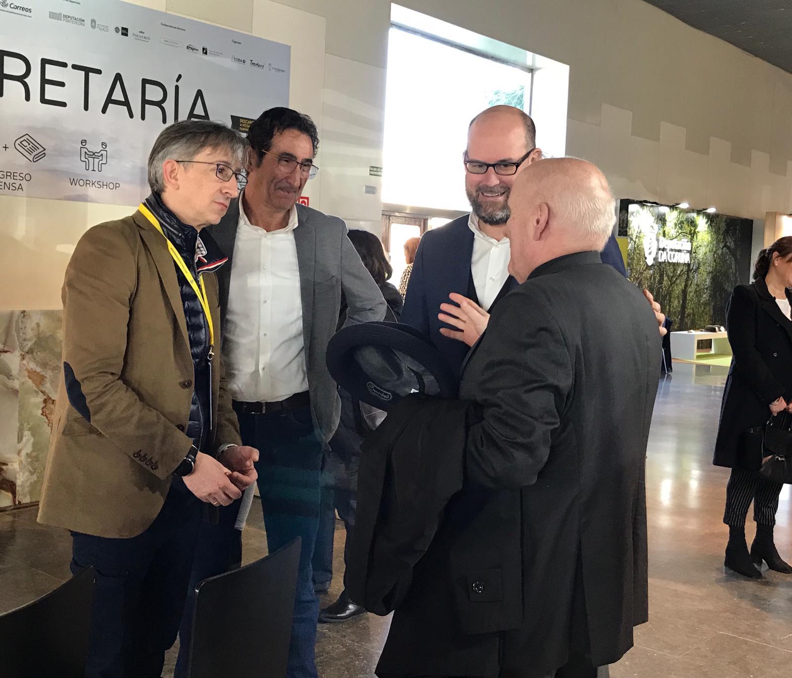 O alcalde conversa con Antonio Leira, Moncho Fernández e Segundo Pérez.