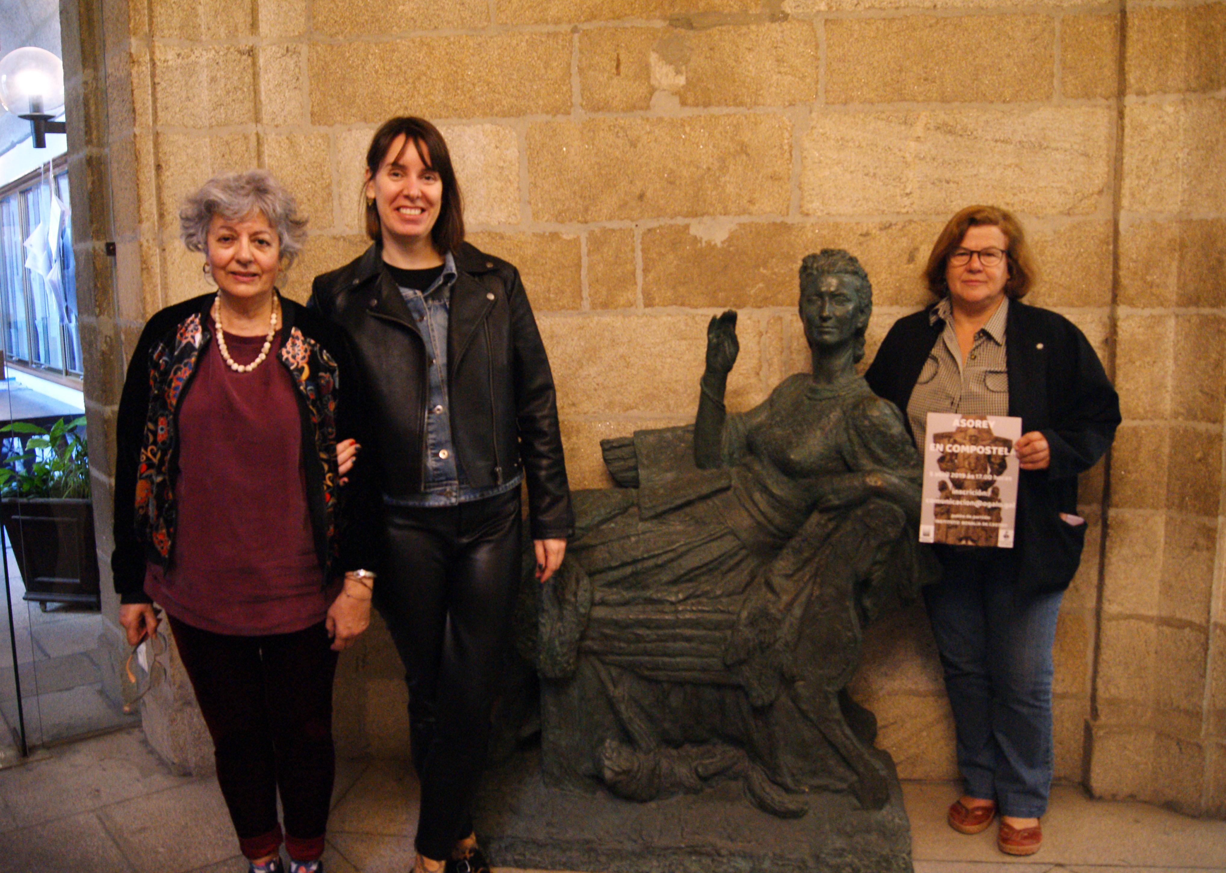 Xunto á escultura obra de Francisco Asorey que se exhibe no Pazo de Raxoi.