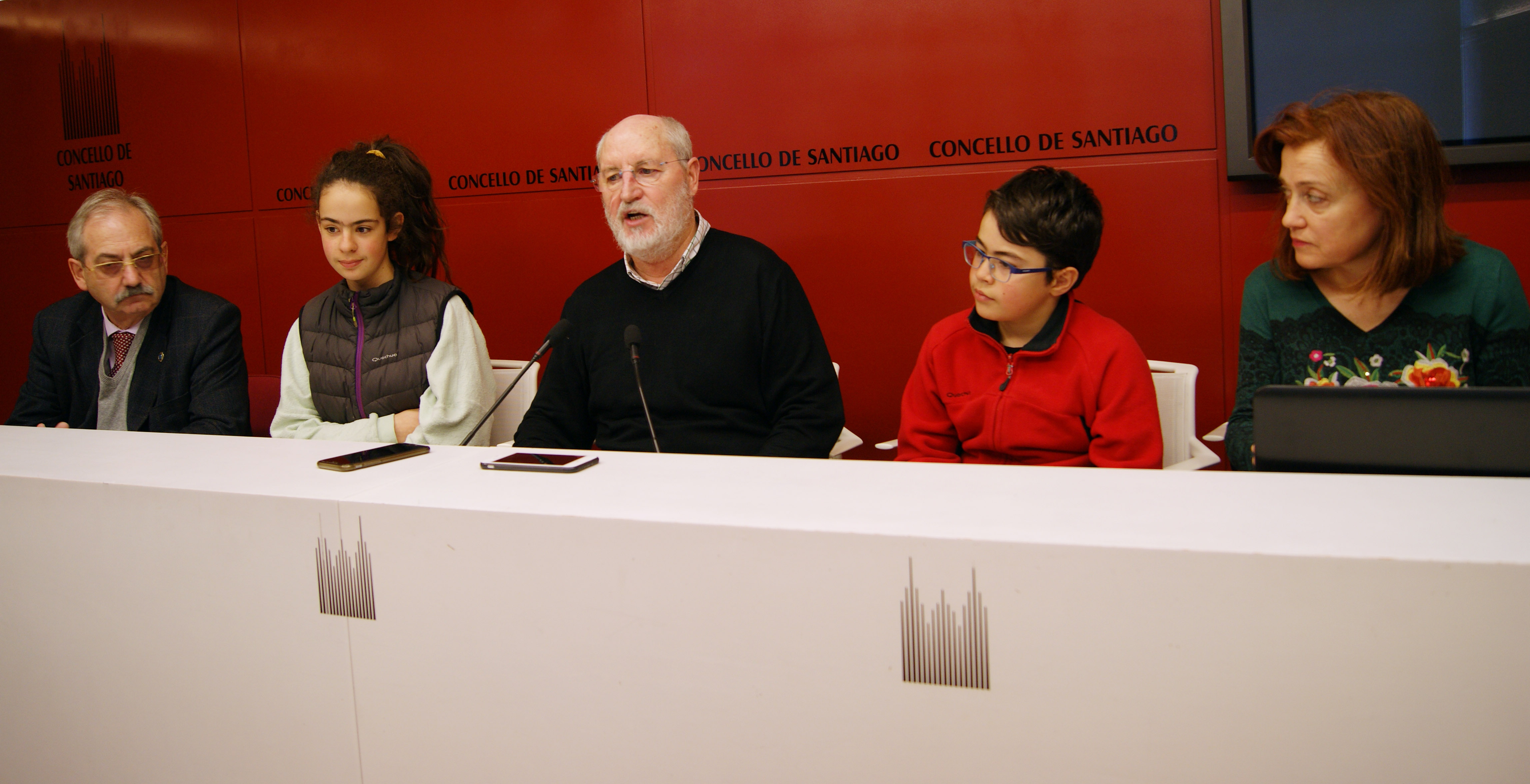 José Ramón Carril, Carlota Fernández, Manuel Dios, Nicolás Castañón e Carmen Montero na sala de prensa de Raxoi.
