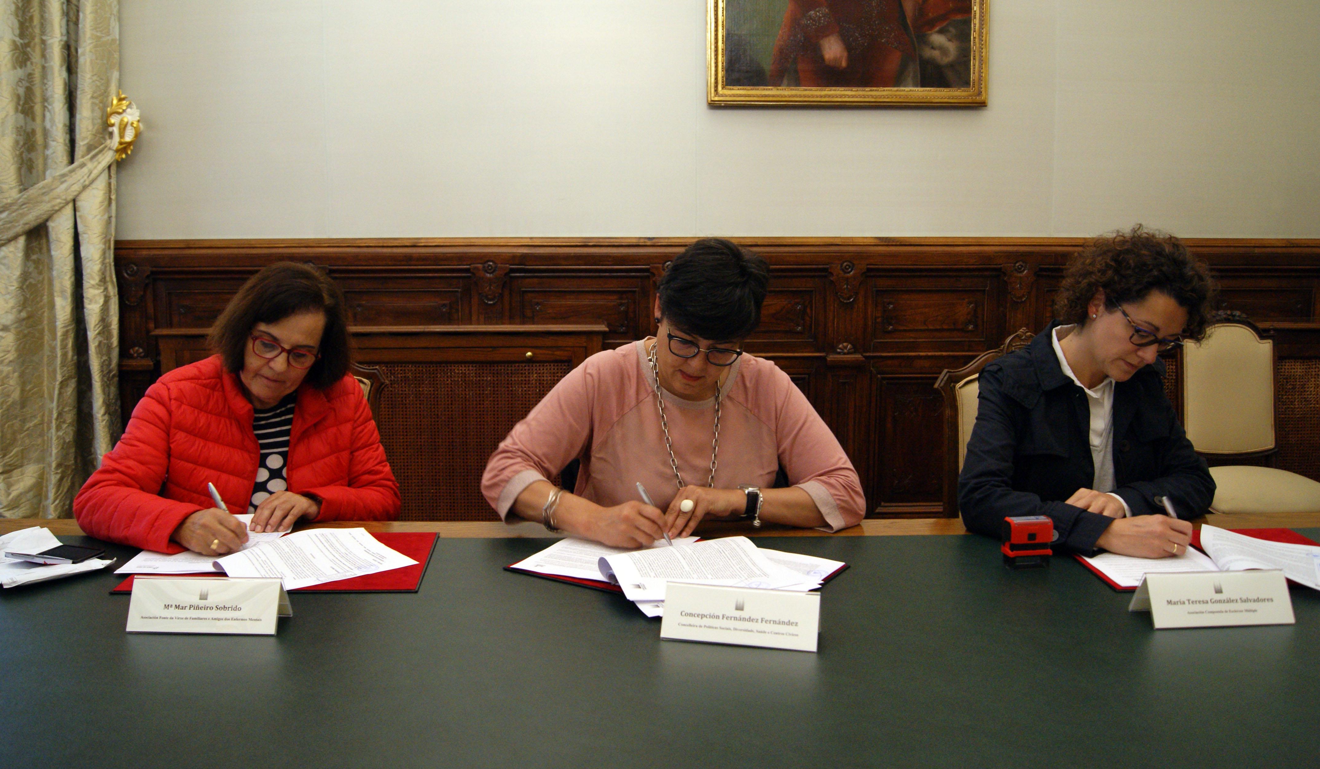 Concha Fernández con Mª Mar Piñeiro, da Asociación Fonte da Virxe, e con María Teresa González, de ACEM.