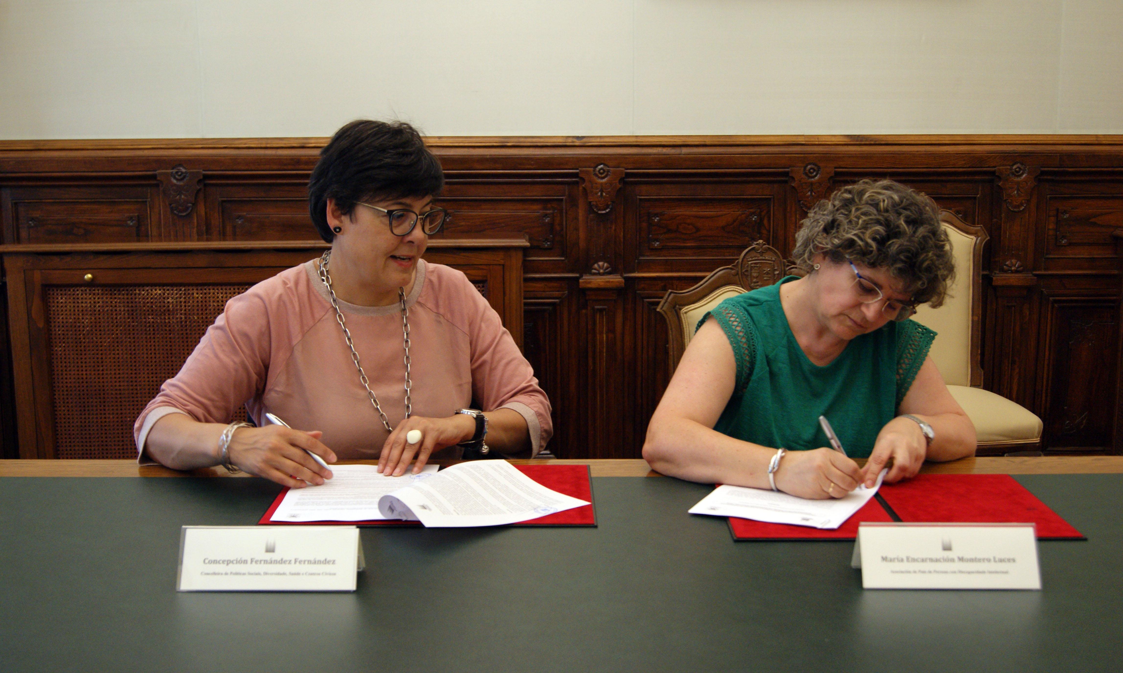 Convenio asinado por María Encarnación Montero, da asociación Aspas.