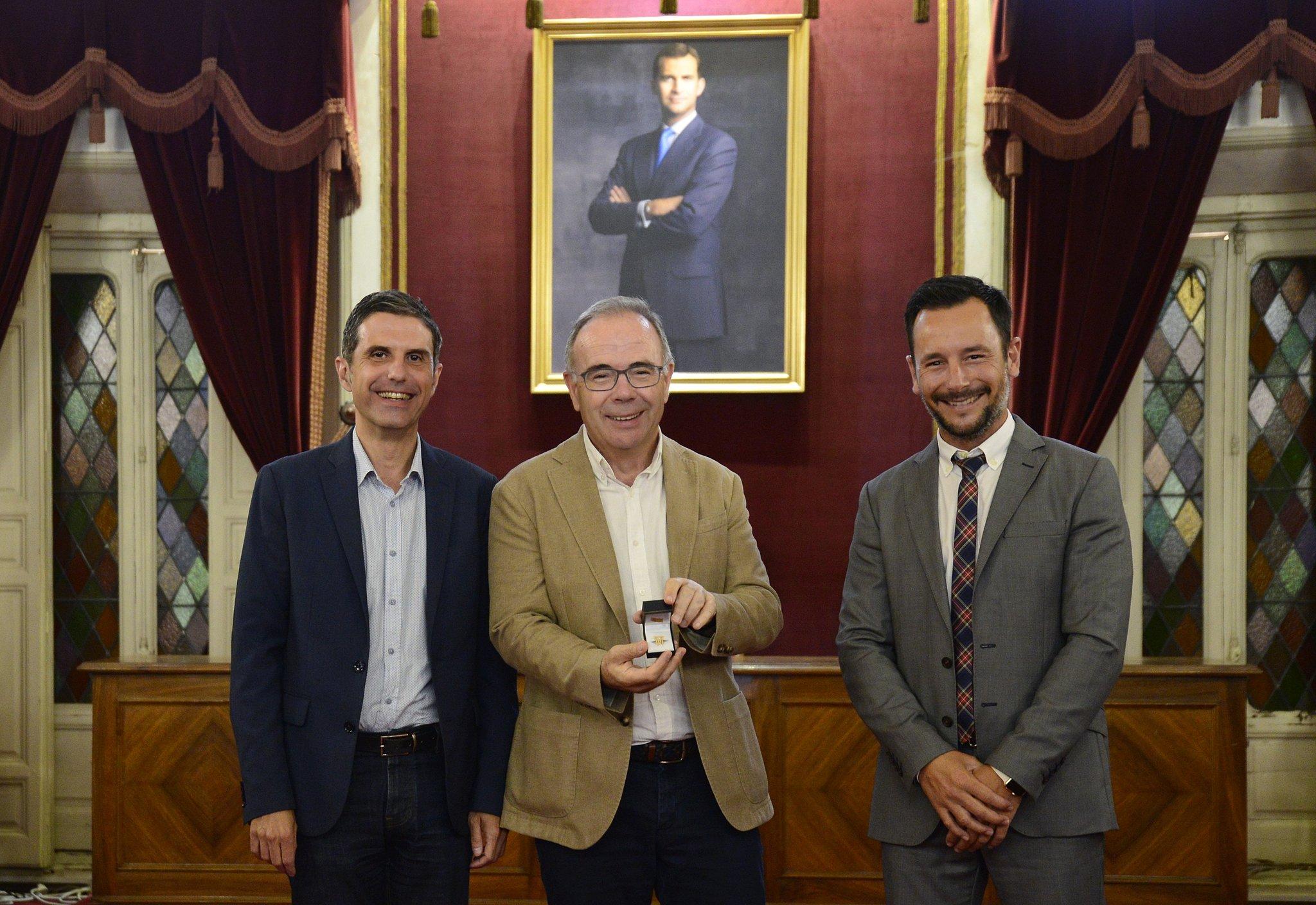 Xosé Sánchez Bugallo recibiu a insignia como novo integrante da Asemblea.