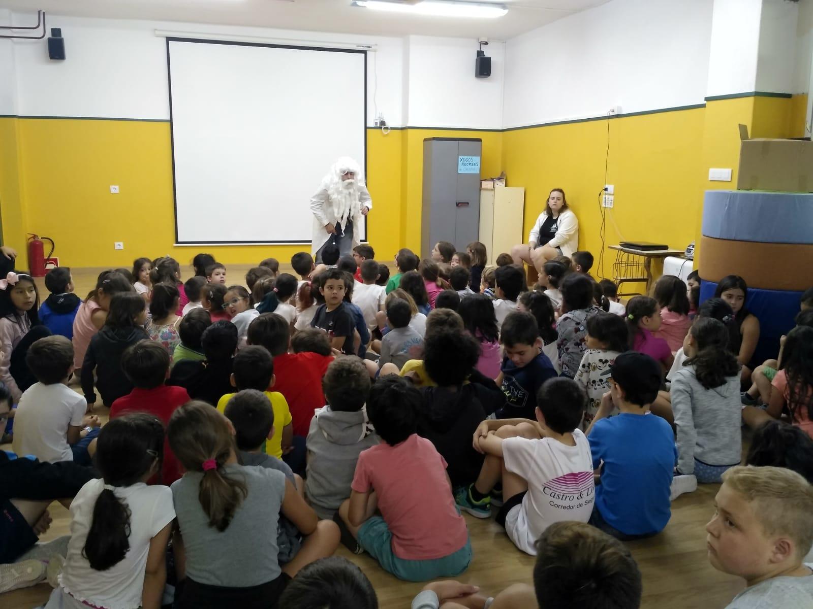Os nenos e nenas nunha das actividades da mañá no CEIP Monte dos Postes.