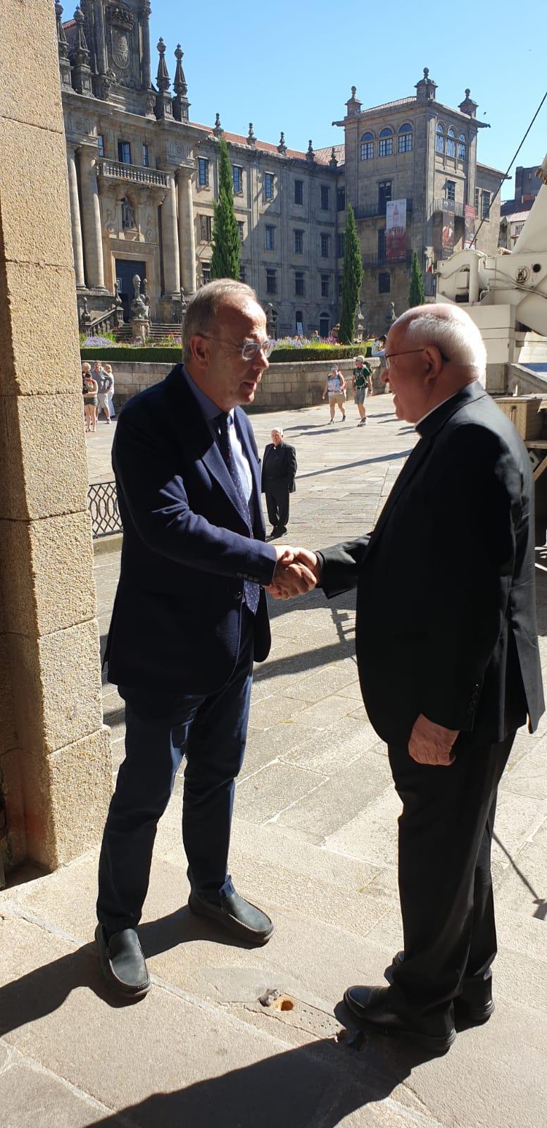 Saúdo entre o alcalde o arcebispo.