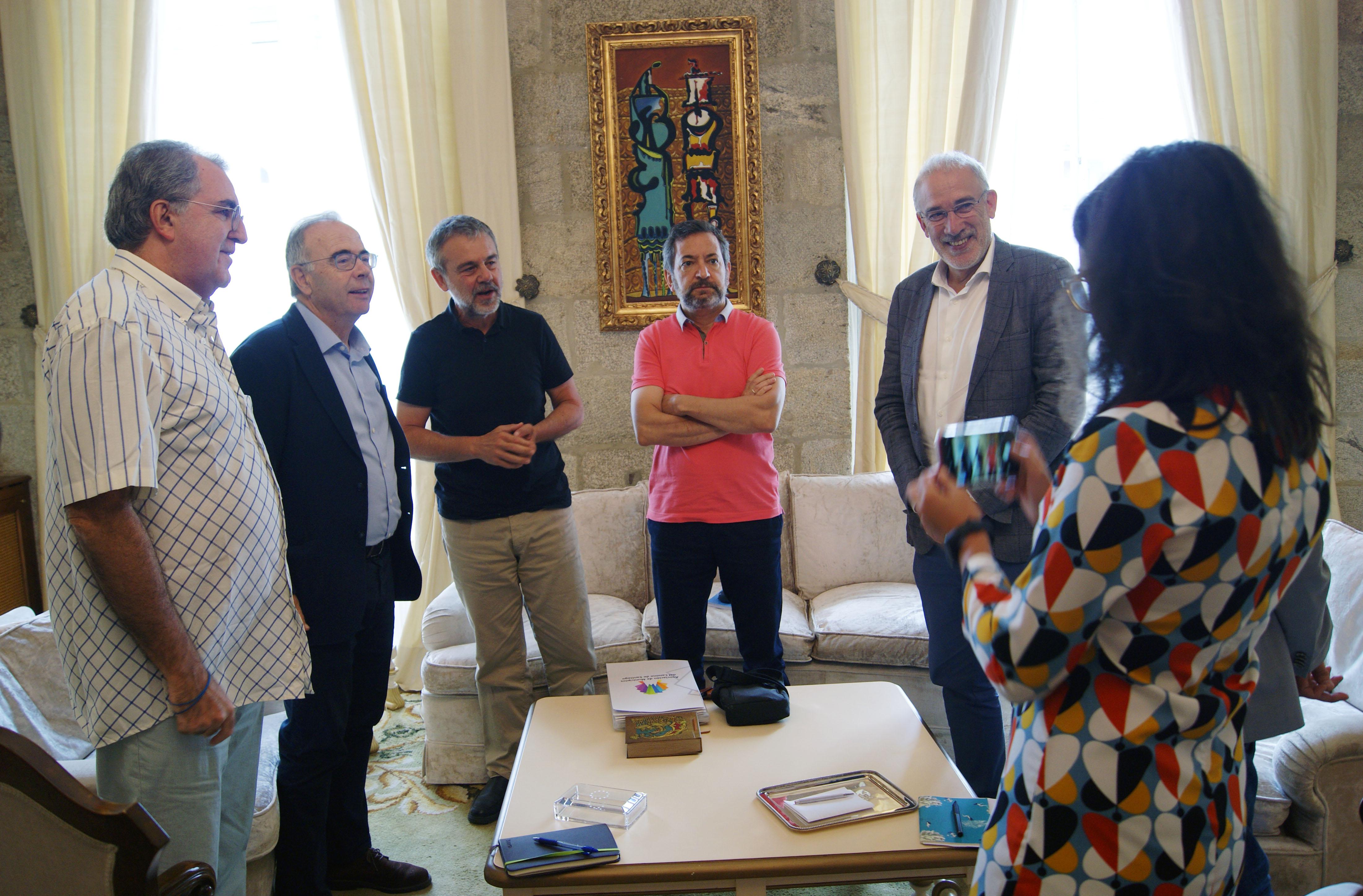 O alcalde saúda aos/ás integrantes da Secretaría Técnica da AMSC.
