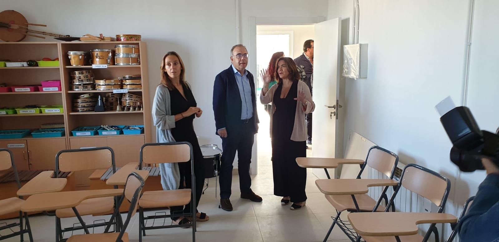 Noa Díaz, Xosé Sánchez Bugallo e Olga Raíces visitando as aulas.