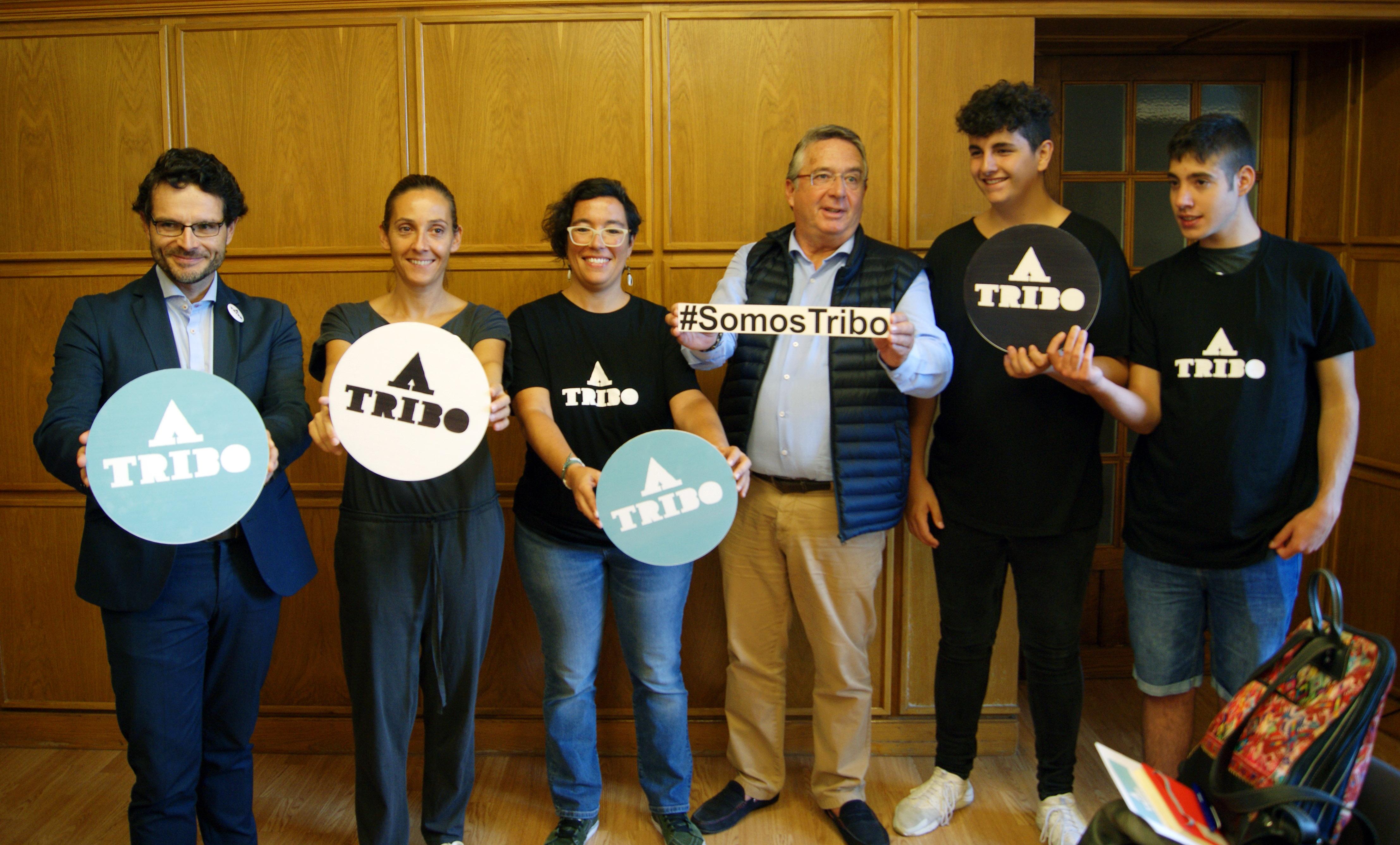 Anxo Pérez, Noa Díaz, Lorena Seijo, Carlos Rosón, Pablo Cabarcos e Ismael García con material da campaña.