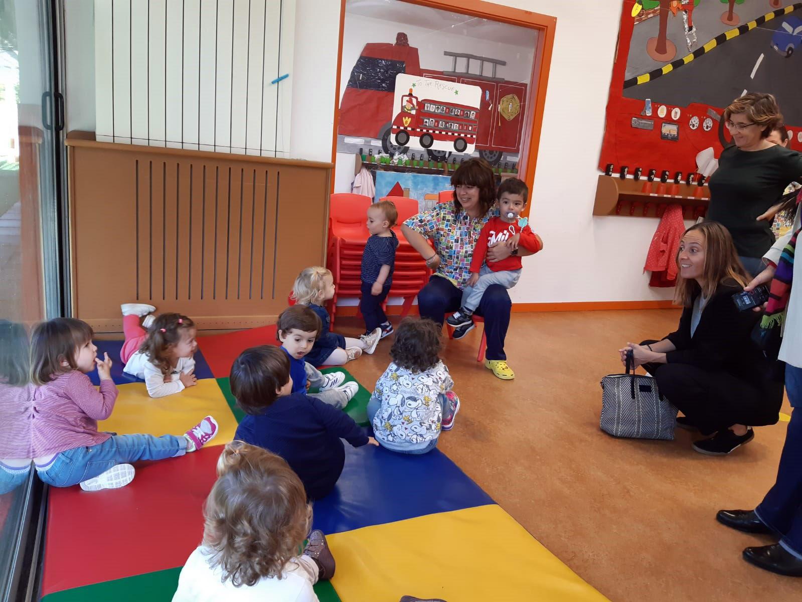 Noa Díaz observando os pequenos e pequenas da Escola Infantil de Fontiñas.