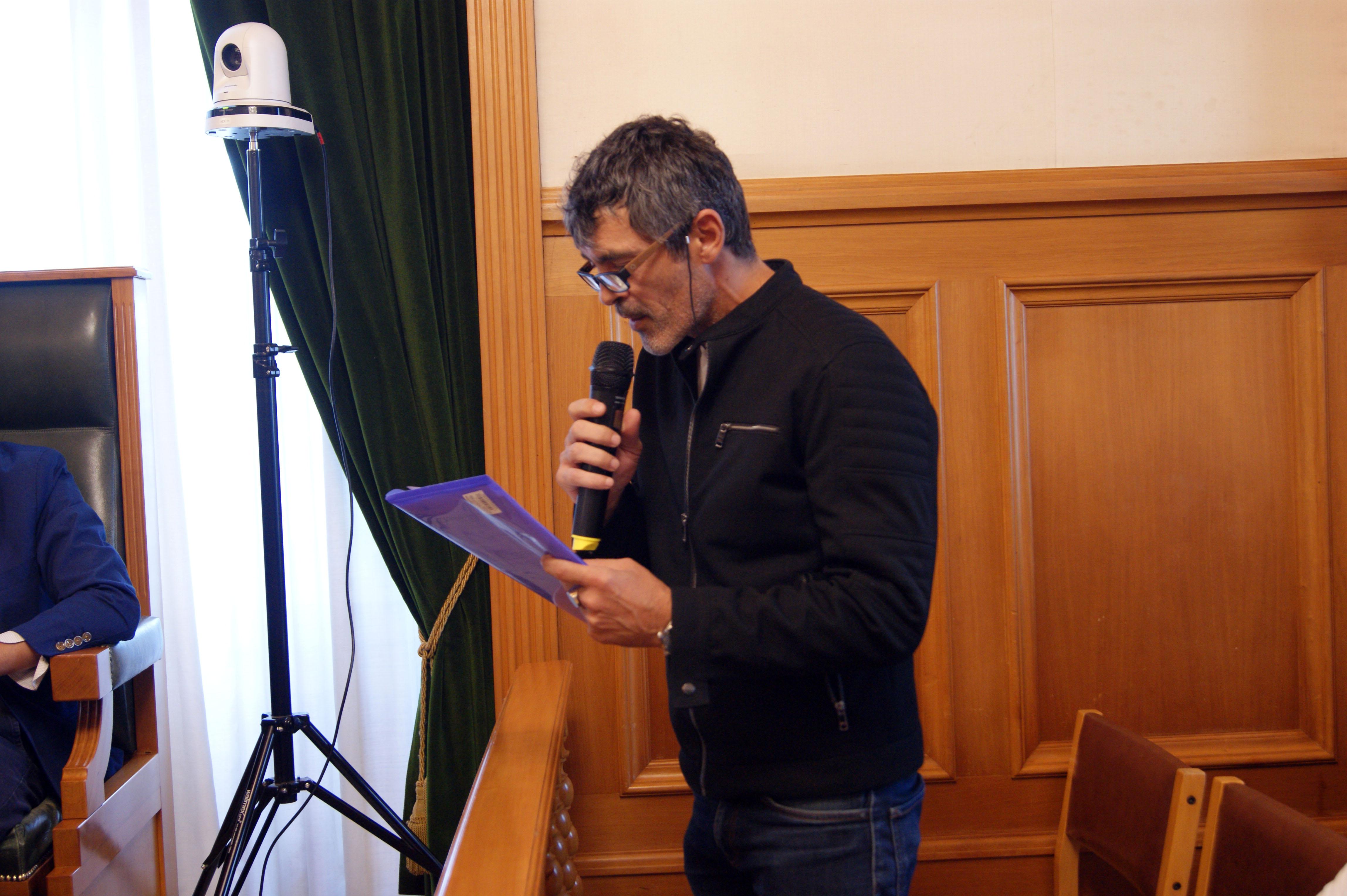 Intervención do actor Javier Deive sobre as residencias artísticas da Sala Agustín Magán, no CSC de Santa Marta.