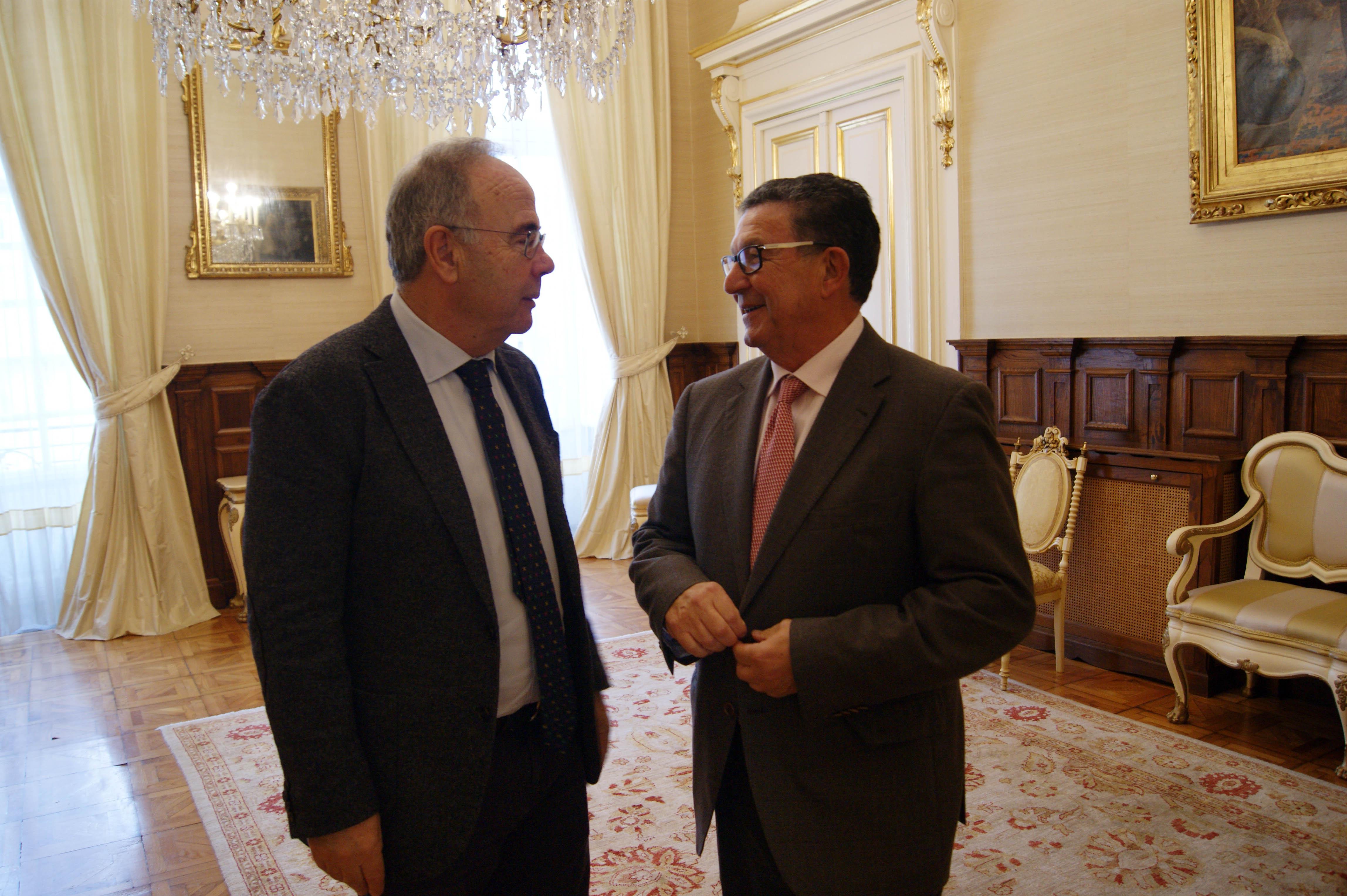 Saúdo entre Xosé Sánchez Bugallo e José Rivas.