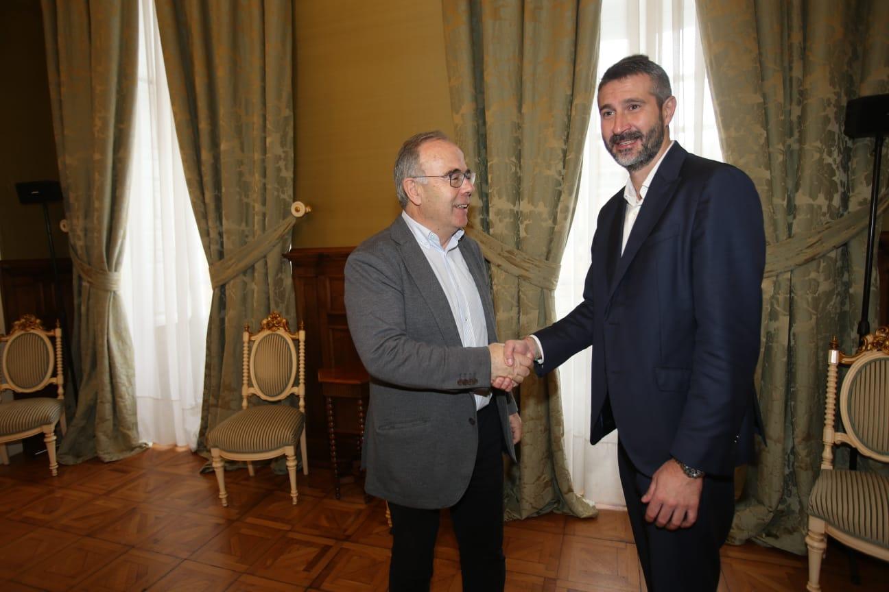 Saúdo entre o rexedor compostelán e o presidente da Fegamp.